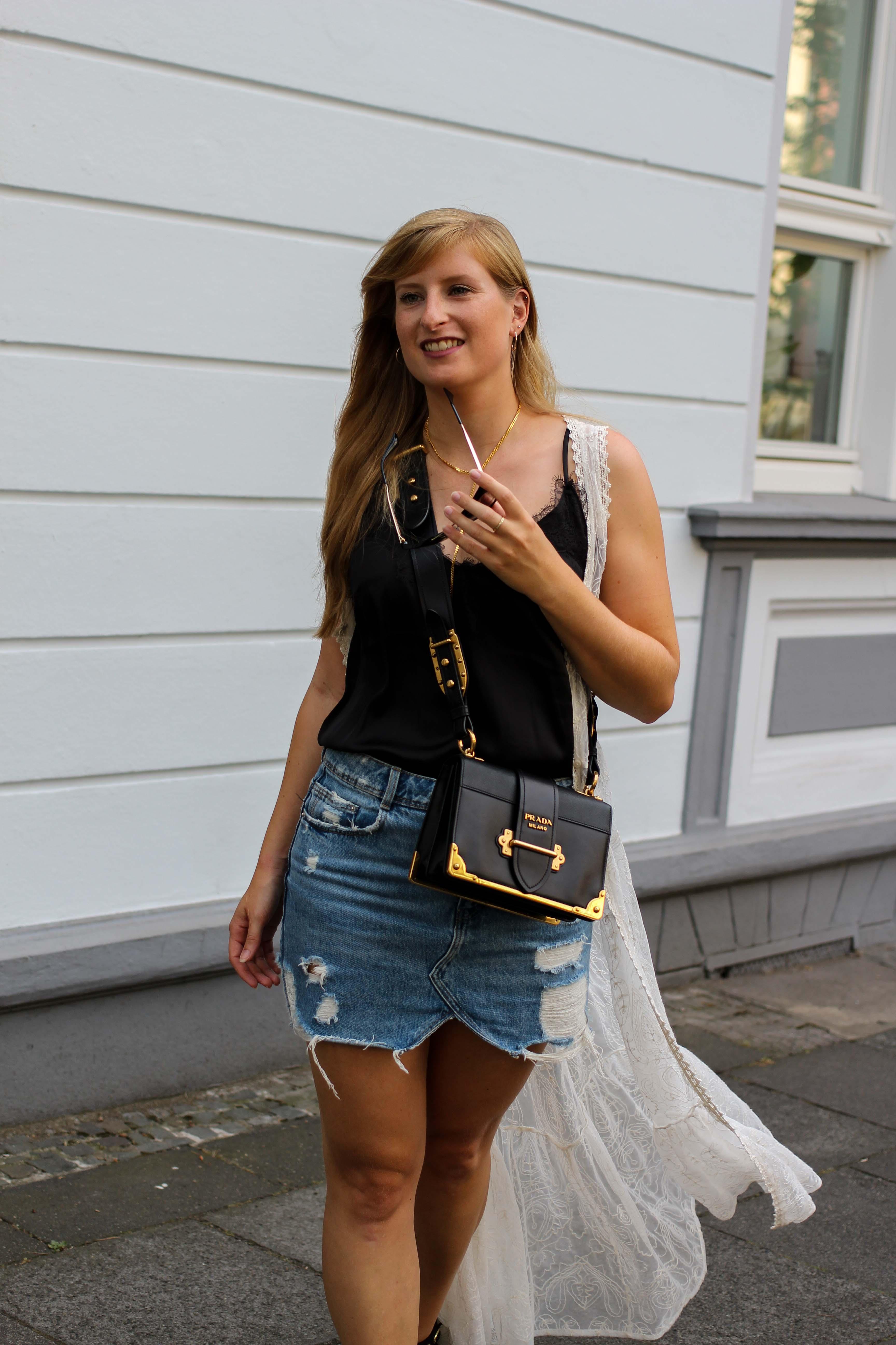 Spitzentop Jeansrock Boho Sommermantel Boho Sommerlook kombinieren Ibiza Style Hippie Modeblog Outfit Prada Cahier Schwarz Gold 5