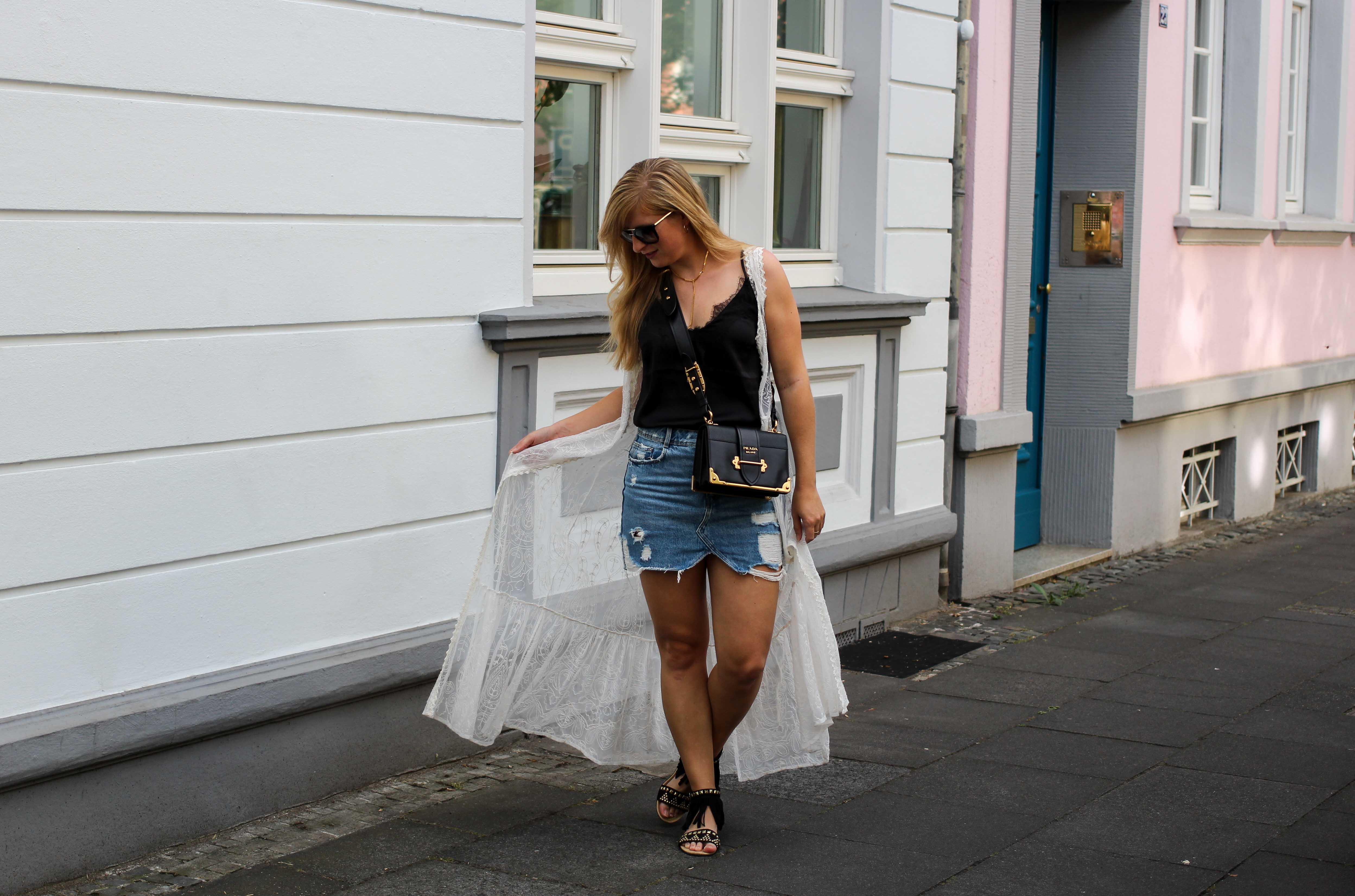 Spitzentop Jeansrock Boho Sommermantel Boho Sommerlook kombinieren Ibiza Style Hippie Modeblog Outfit Prada Cahier Schwarz Gold 7