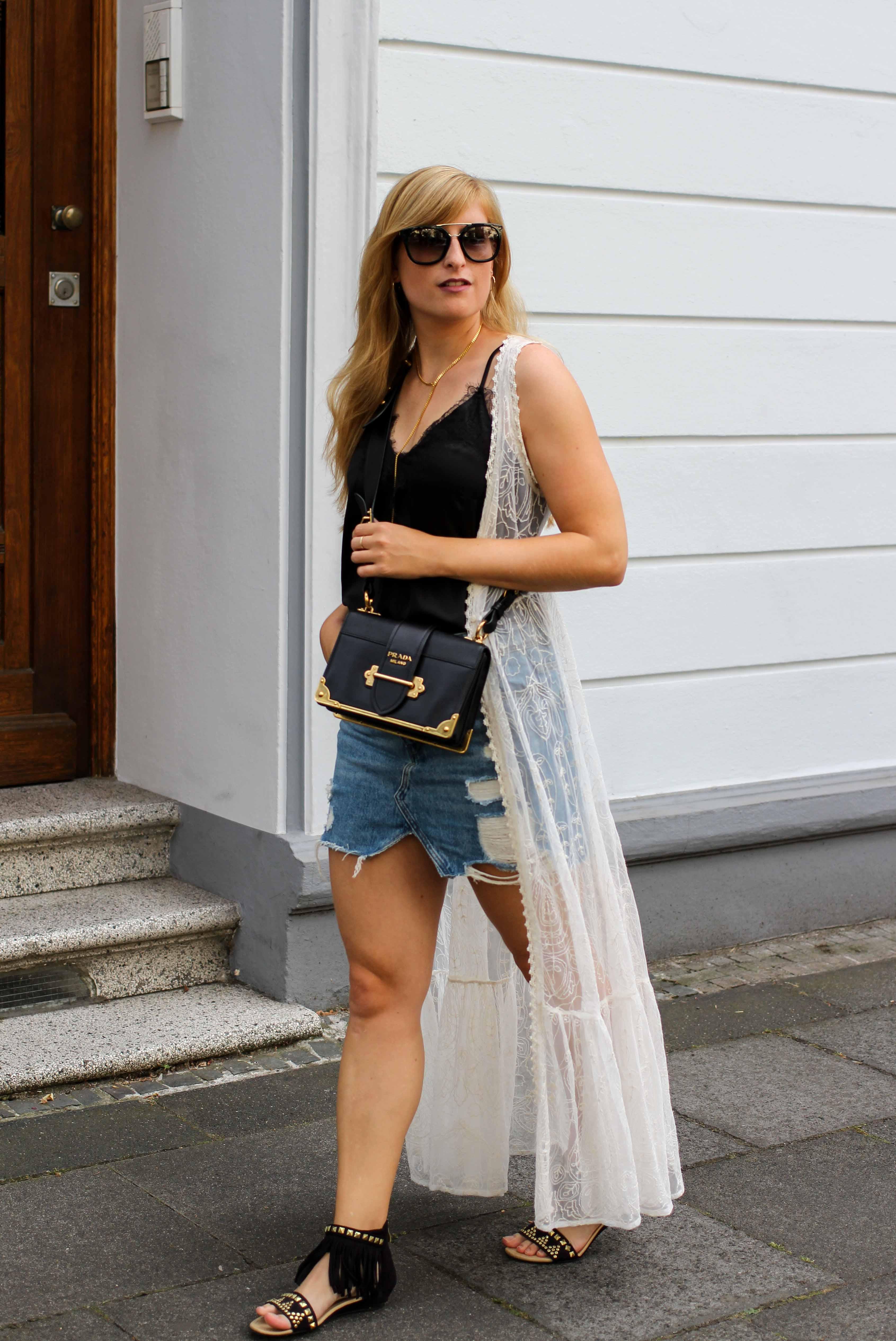 Spitzentop Jeansrock Boho Sommermantel Boho Sommerlook kombinieren Ibiza Style Hippie Modeblog Outfit Prada Cahier Schwarz Gold 9