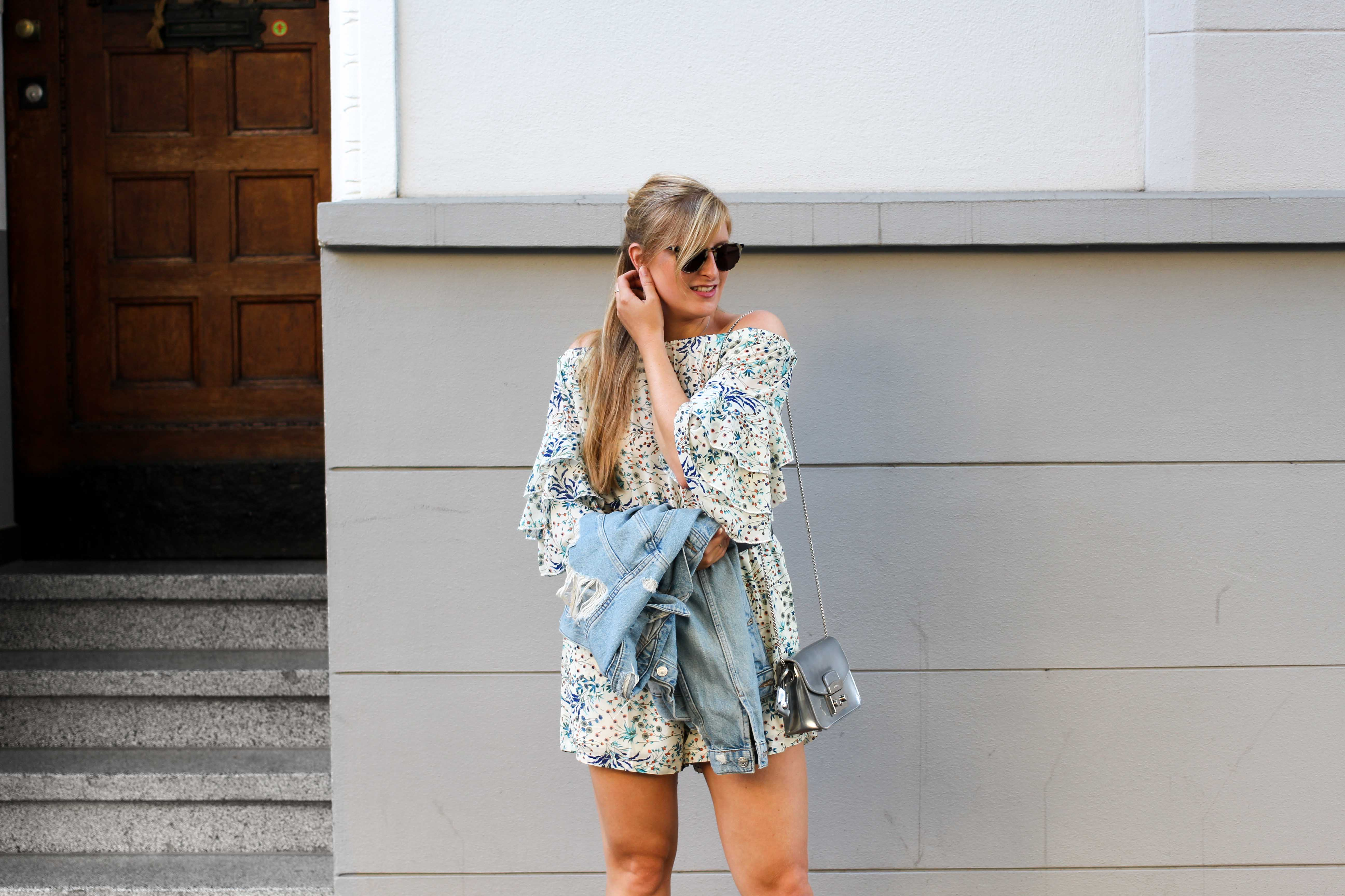 Blumenprint Jumpsuit Offshoulder IRL Collection Vipsters Ripped Jeansjacke Zalando kombinieren Outfit Herbst Modeblog 5