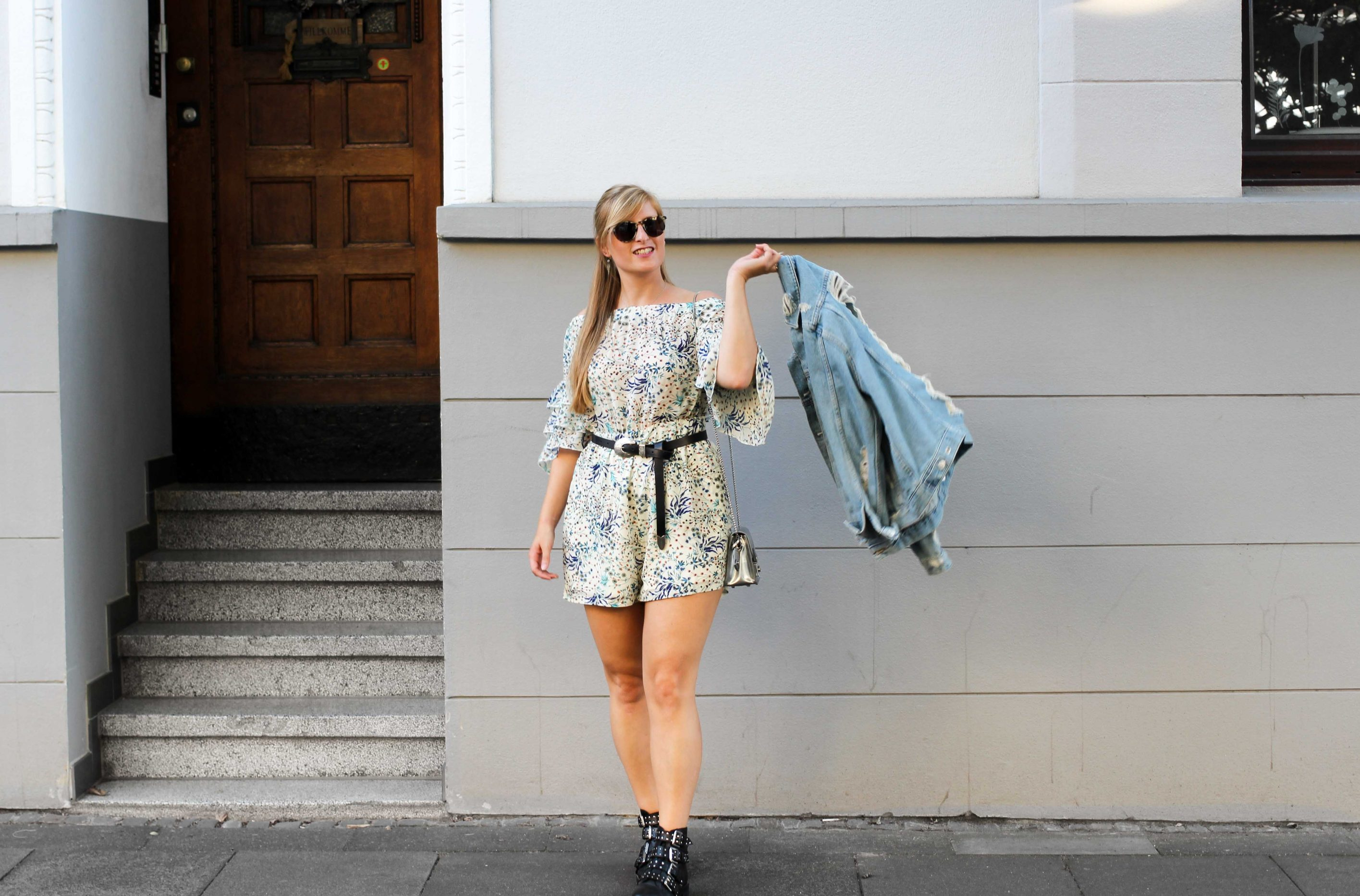 Blumenprint Jumpsuit Offshoulder IRL Collection Vipsters Ripped Jeansjacke rockige Boots Nietenboots kombinieren Outfit Herbst Modeblog 0