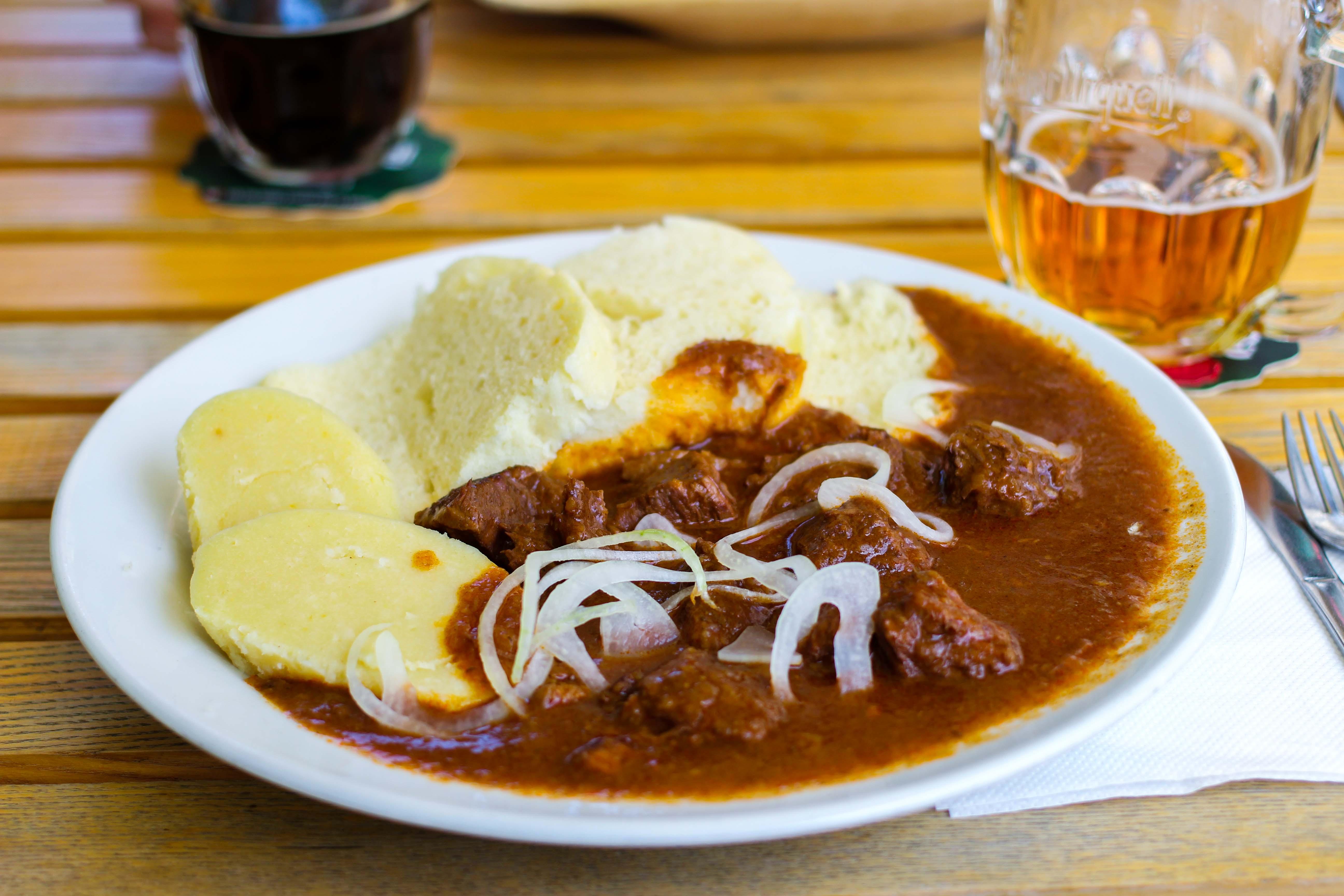 Bratislava Insider Tipps Sehenswürdigkeiten Bratislava Slowakei Gulasch Knödel typischen Essen Donaukreuzfahrt Arosa