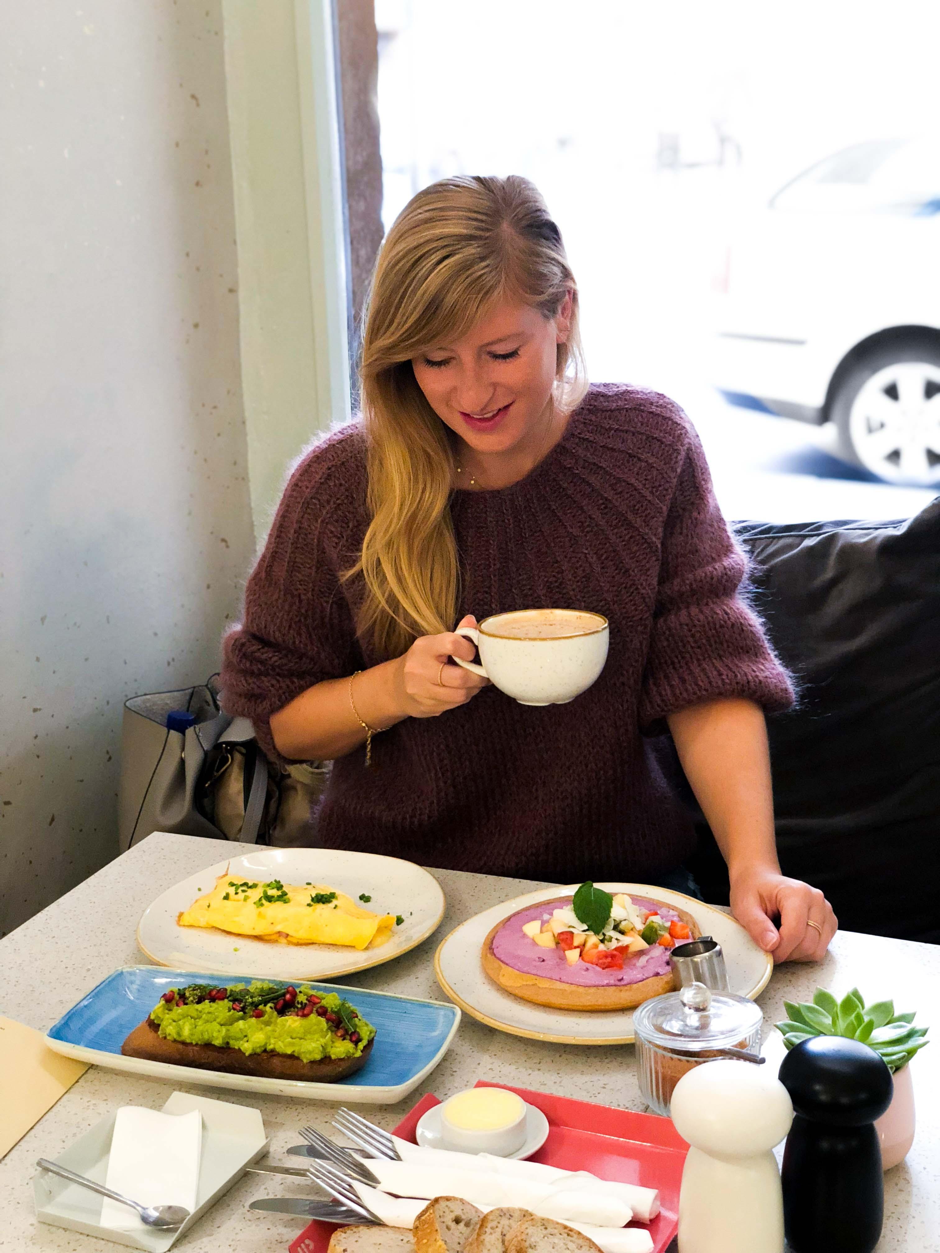 Pauseteria Frühstück Restaurant Insider Tipps Prag Food Tipps besten Restaurants Prag Pancakes Avocadobrot Omelette 2