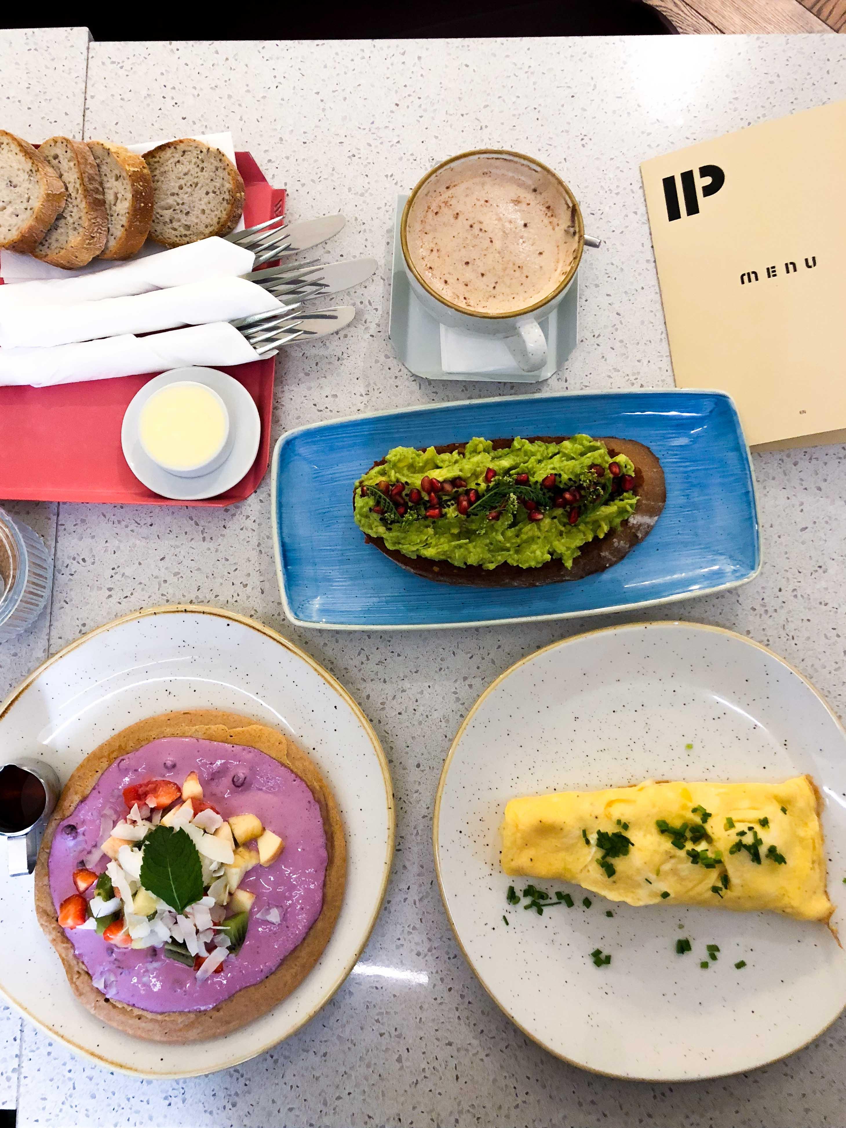 Pauseteria Frühstück Restaurant Insider Tipps Prag Food Tipps besten Restaurants Prag Pancakes Avocadobrot Omelette
