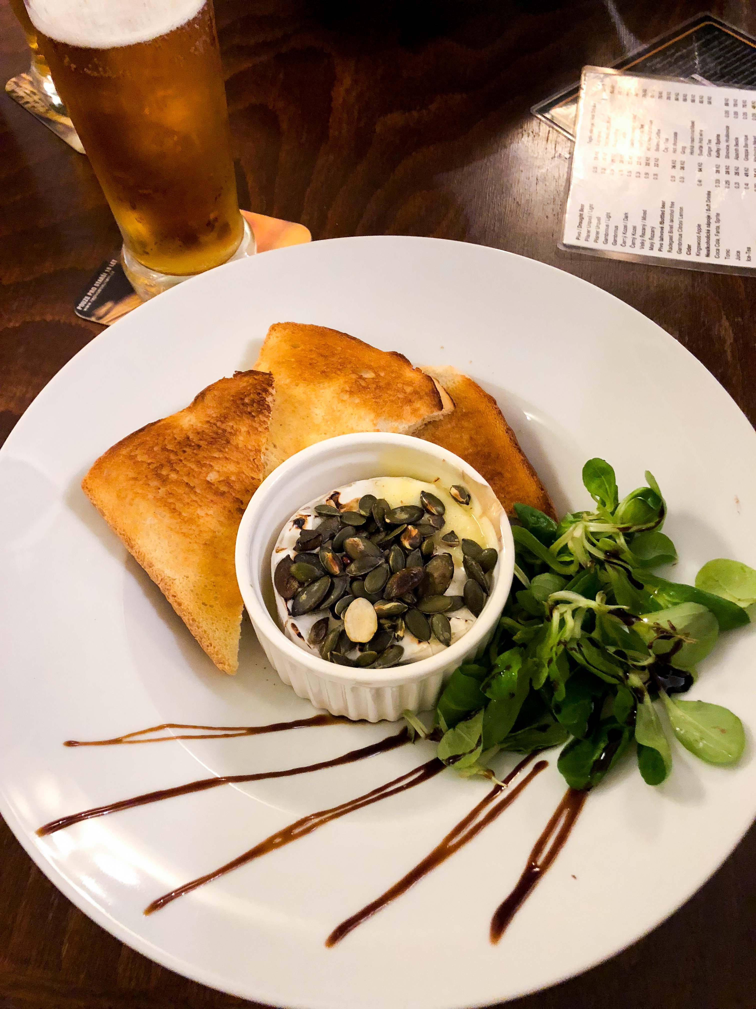 U Magistra Kelly Restaurant Insider Tipps Prag Food Tipps besten Restaurants Klöße Restaurant traditionell Vorspeise Camembert Reiseblog