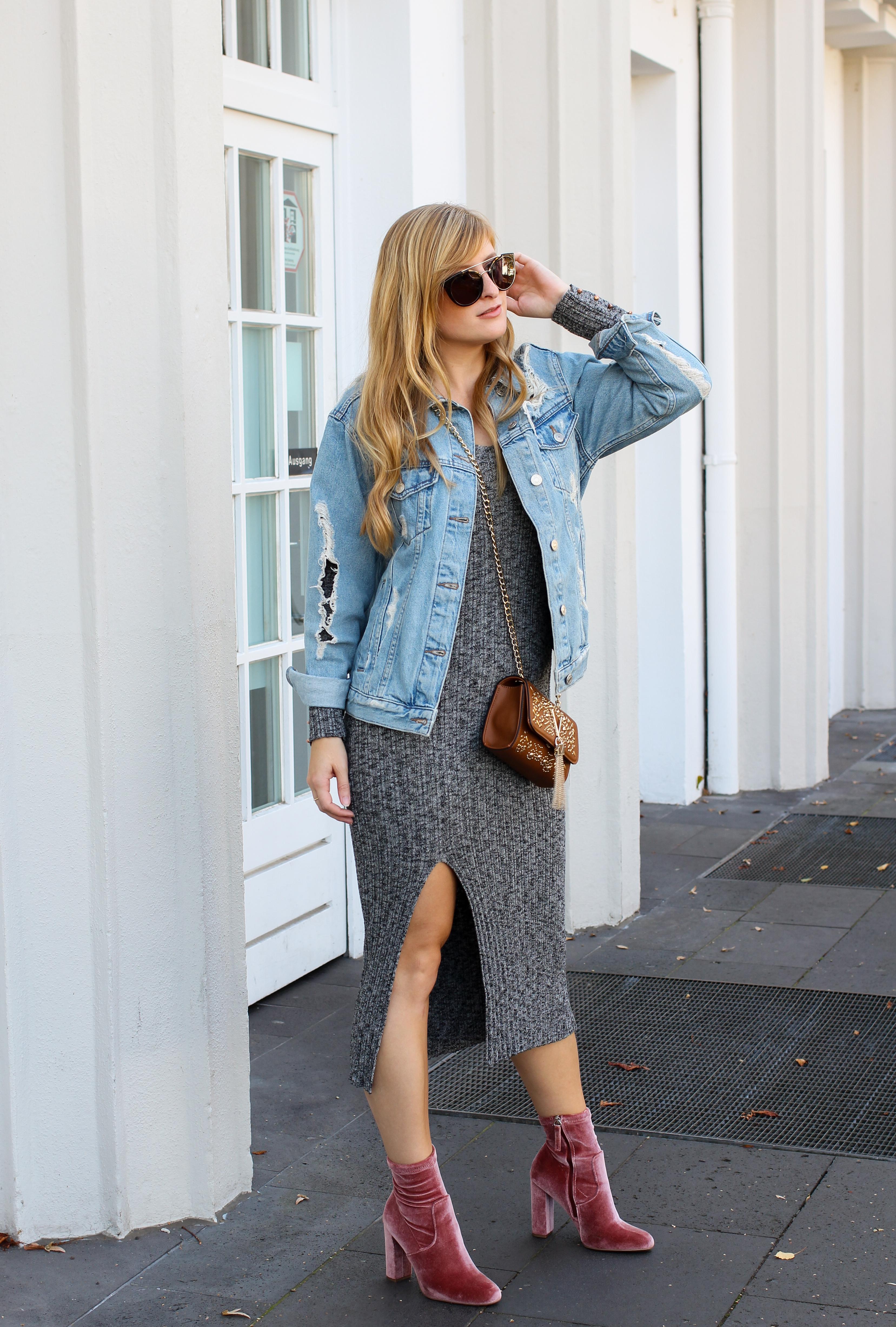 Herbstfavorit Wollkleid grau kombinieren Outfit rosa samt Heels Stiefeletten Jeansjacke Valentino Handbags Fashion Blog Bonn Herbstoutfit 1