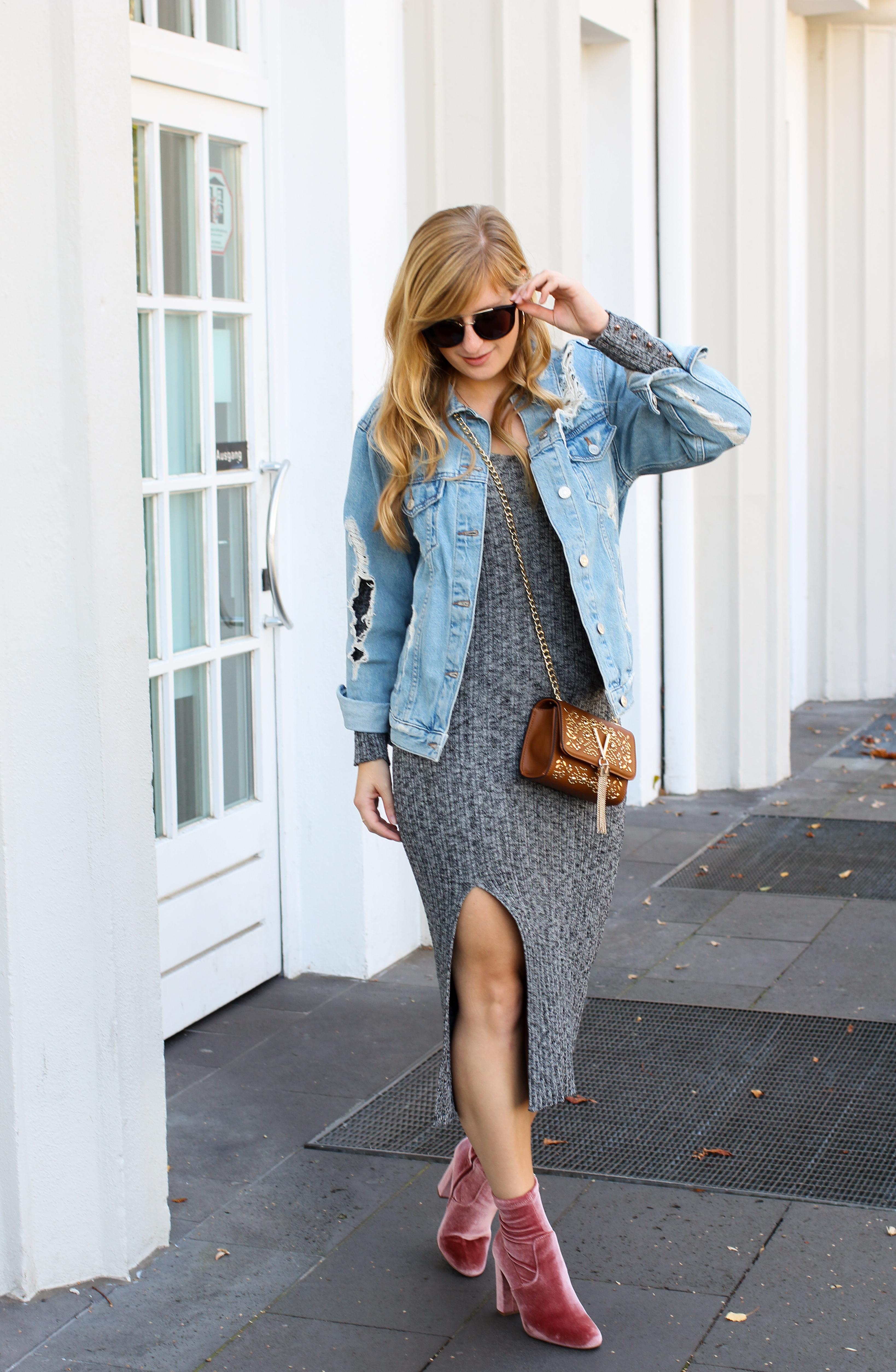 Herbstfavorit Wollkleid grau kombinieren Outfit rosa samt Heels Stiefeletten Jeansjacke Valentino Handbags Fashion Blog Bonn Herbstoutfit 4