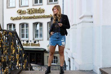 Herbstklassiker Jeansrock kombinieren Casual Weekend Outfit Crop Top Lederjacke Modeblog Bonn Rathaus