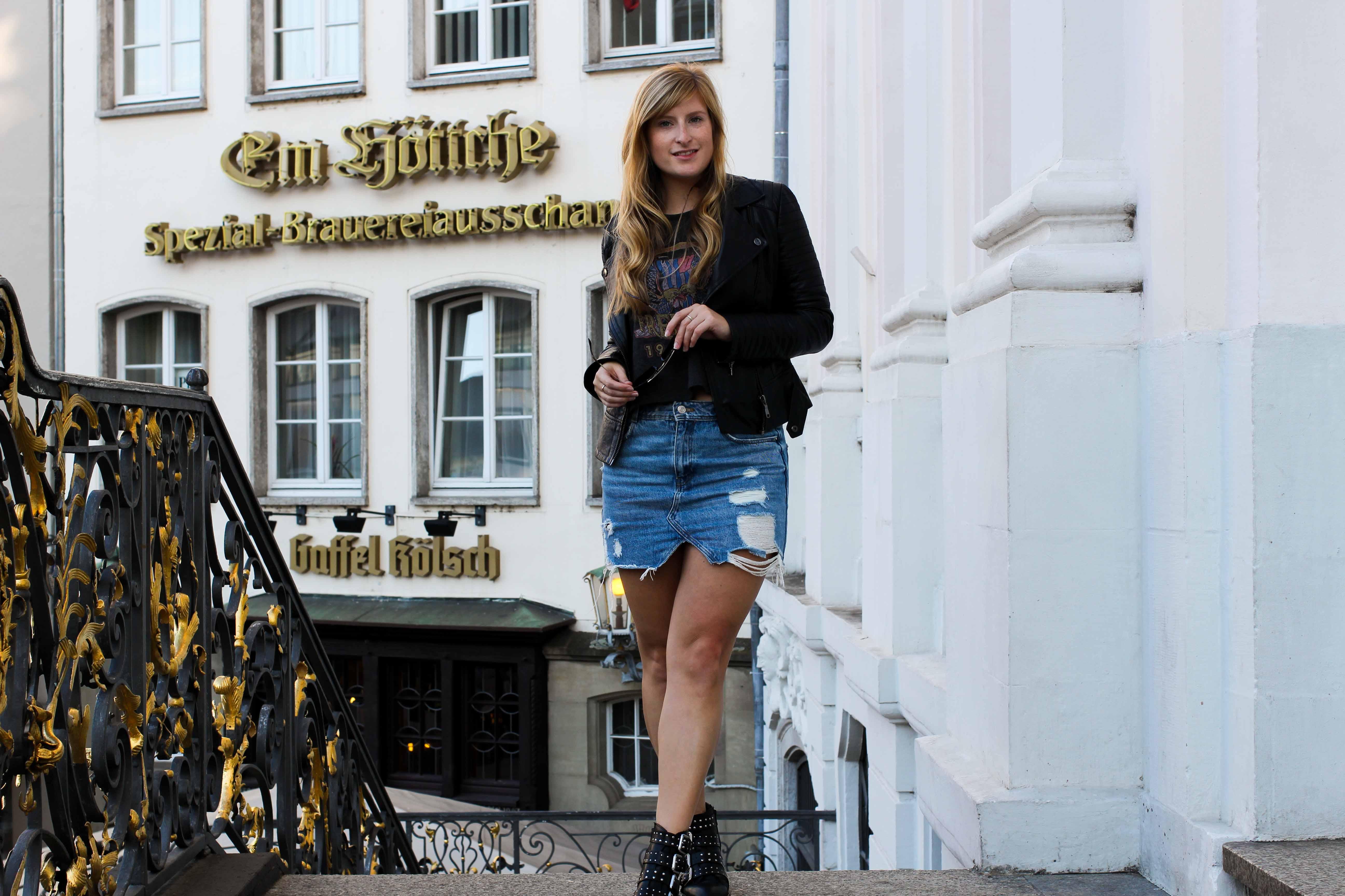 Herbstklassiker Jeansrock kombinieren Casual Weekend Outfit Crop Top Lederjacke Modeblog Bonn Rathaus 4
