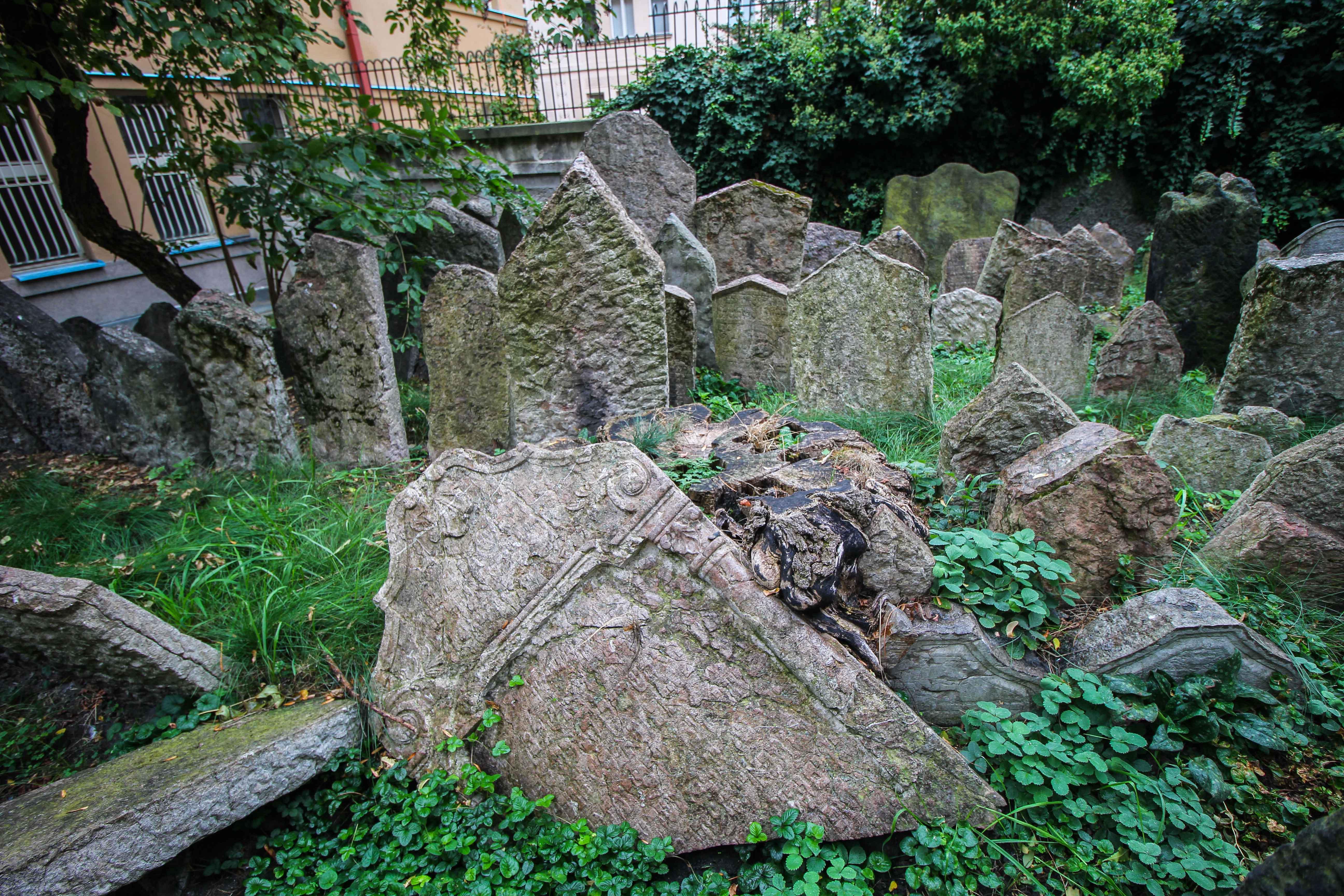 Top 10 Tipps Kurztrip Prag alter jüdischer Friedhof jüdisches Viertel Sehenswürdigkeiten Prag Insidertipps Reiseblog Grabstein