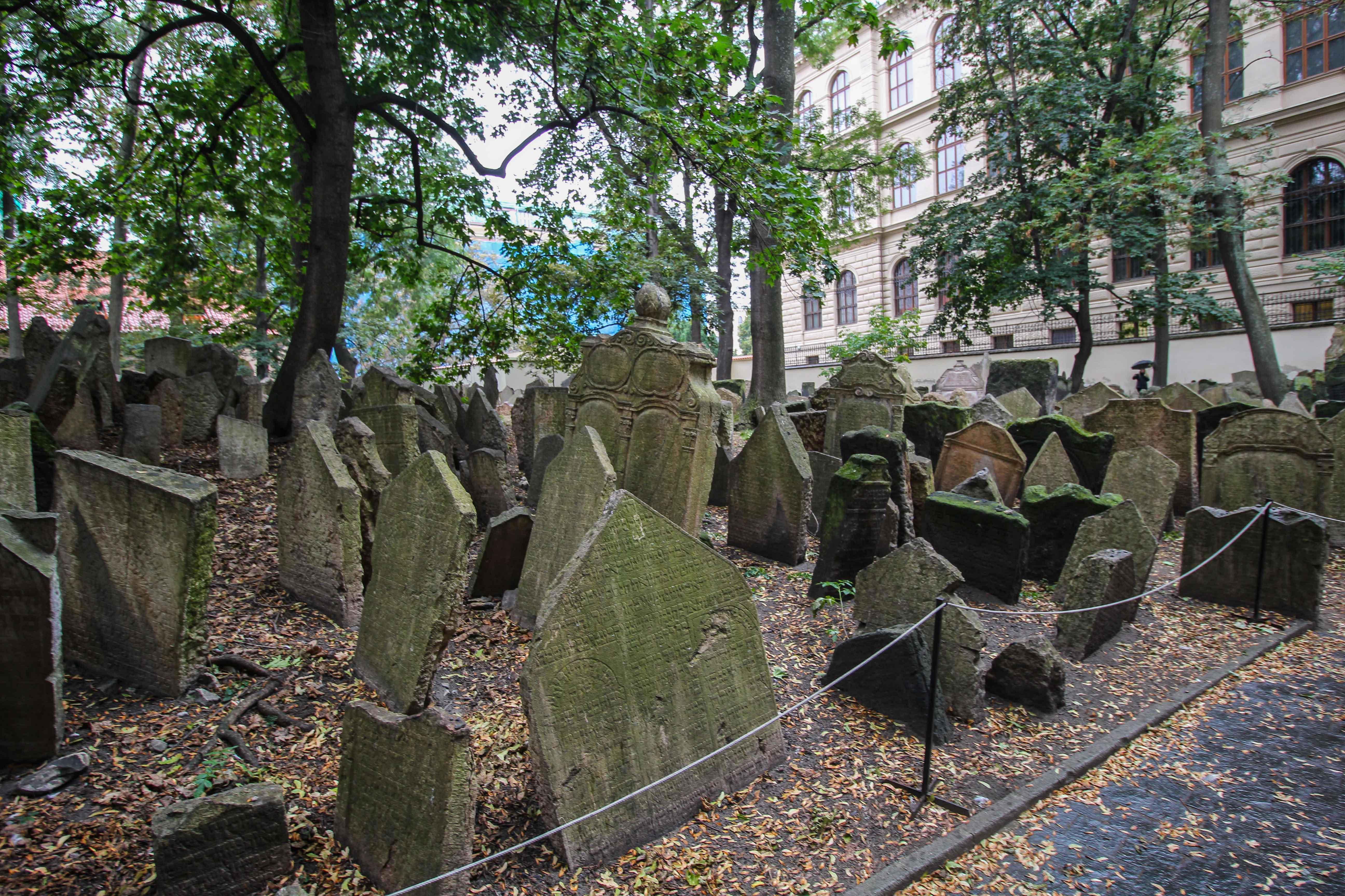 Top 10 Tipps Kurztrip Prag alter jüdischer Friedhof jüdisches Viertel Sehenswürdigkeiten Prag Insidertipps Reiseblog Grabsteine