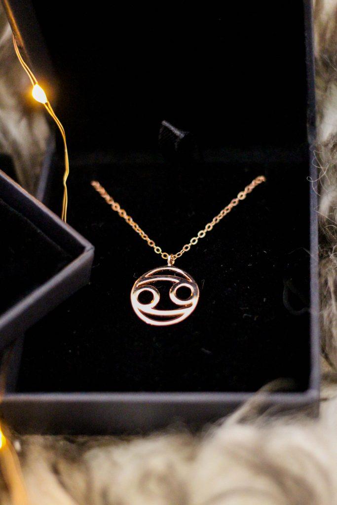 Blogger Adventskalender simple pledge Schmuck individualisieren Halskette Sternzeichen rosegold Blogger Deutschland