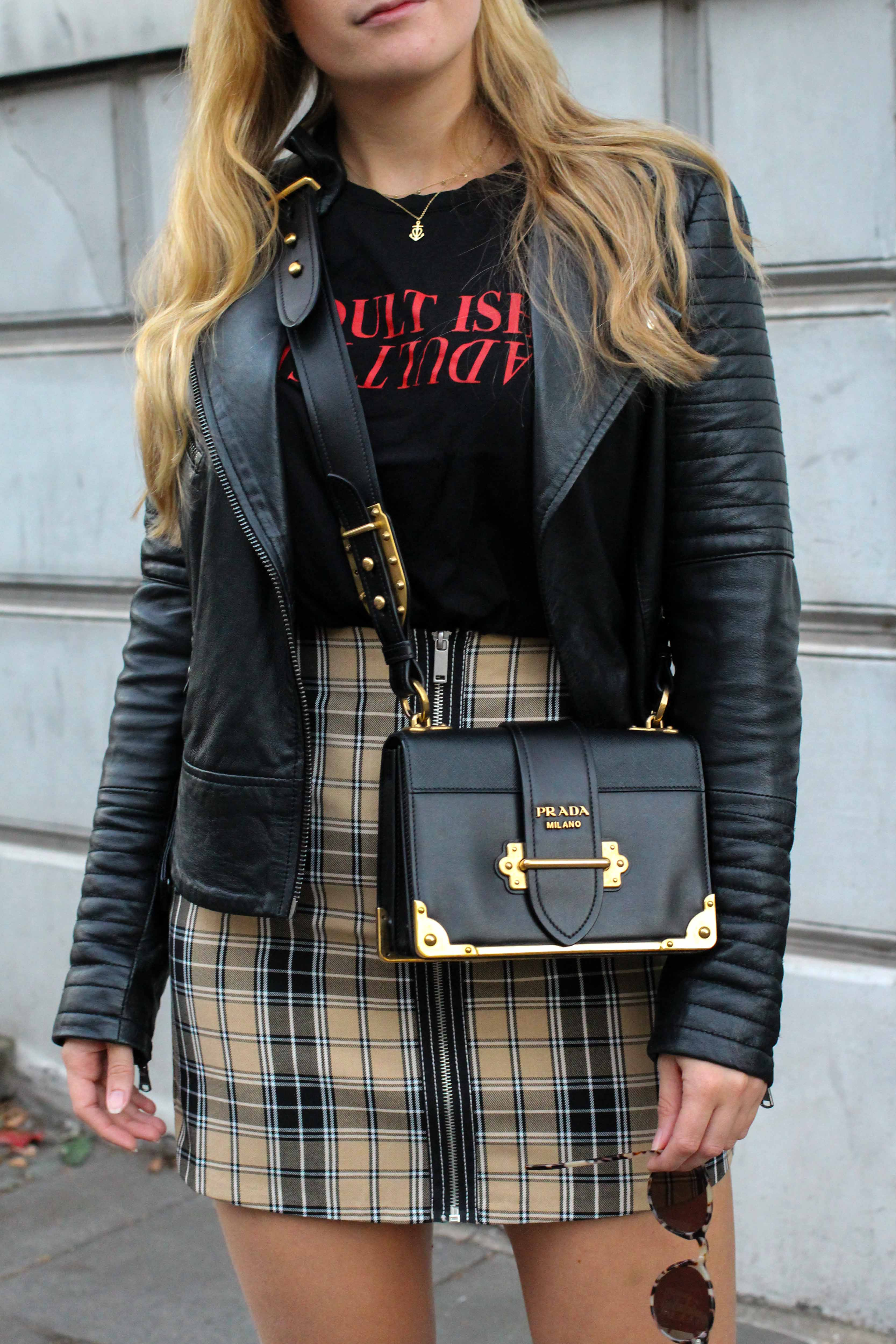 Outfit Karorock kombinieren Lederjacke Details Statement Shirt Adultish Übergangslook Modeblog Prada Cahier Tasche schwarz Bonn 5