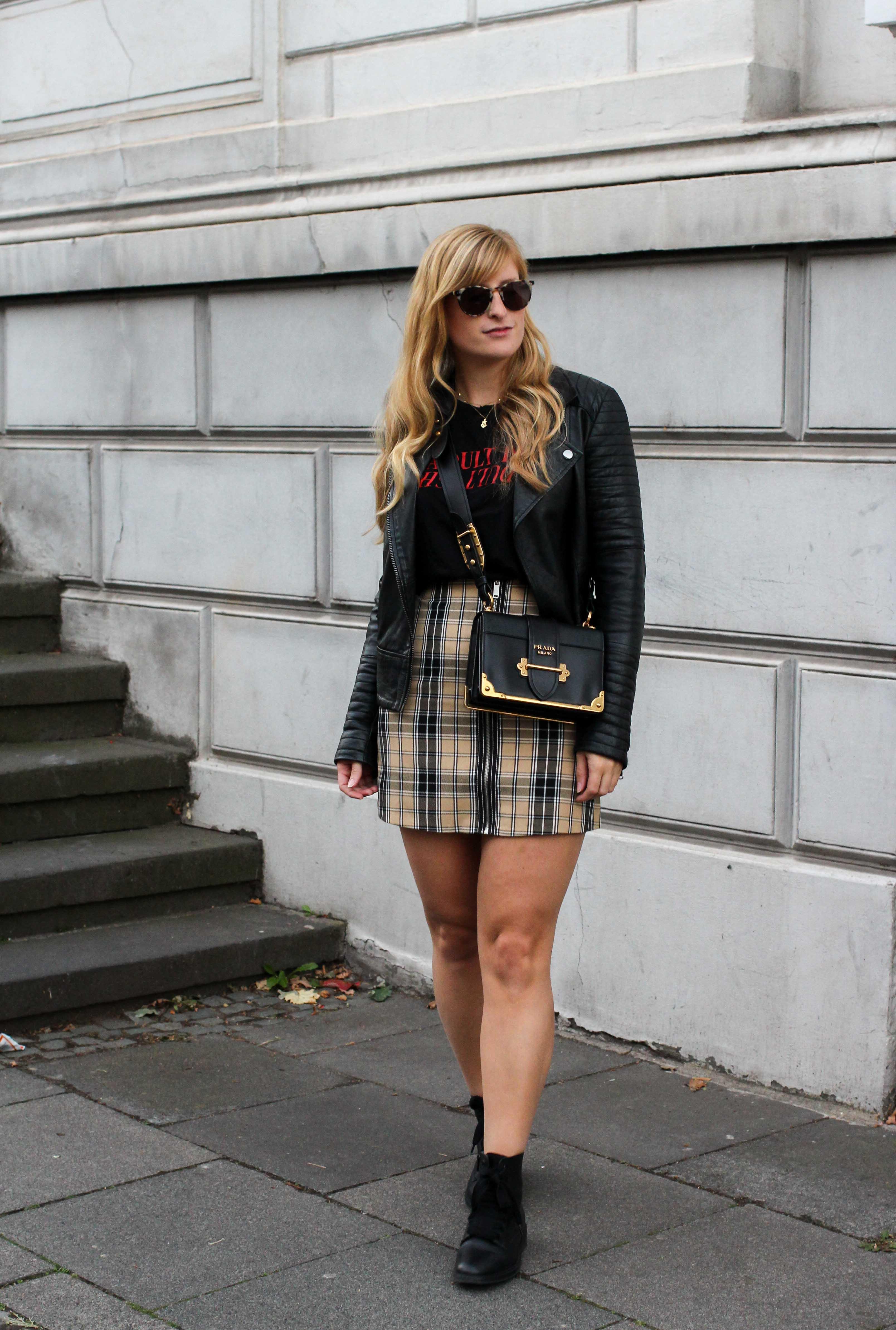 Outfit Karorock kombinieren Lederjacke Schleifenboots Übergangslook Modeblog Prada Cahier Tasche schwarz Bonn 1