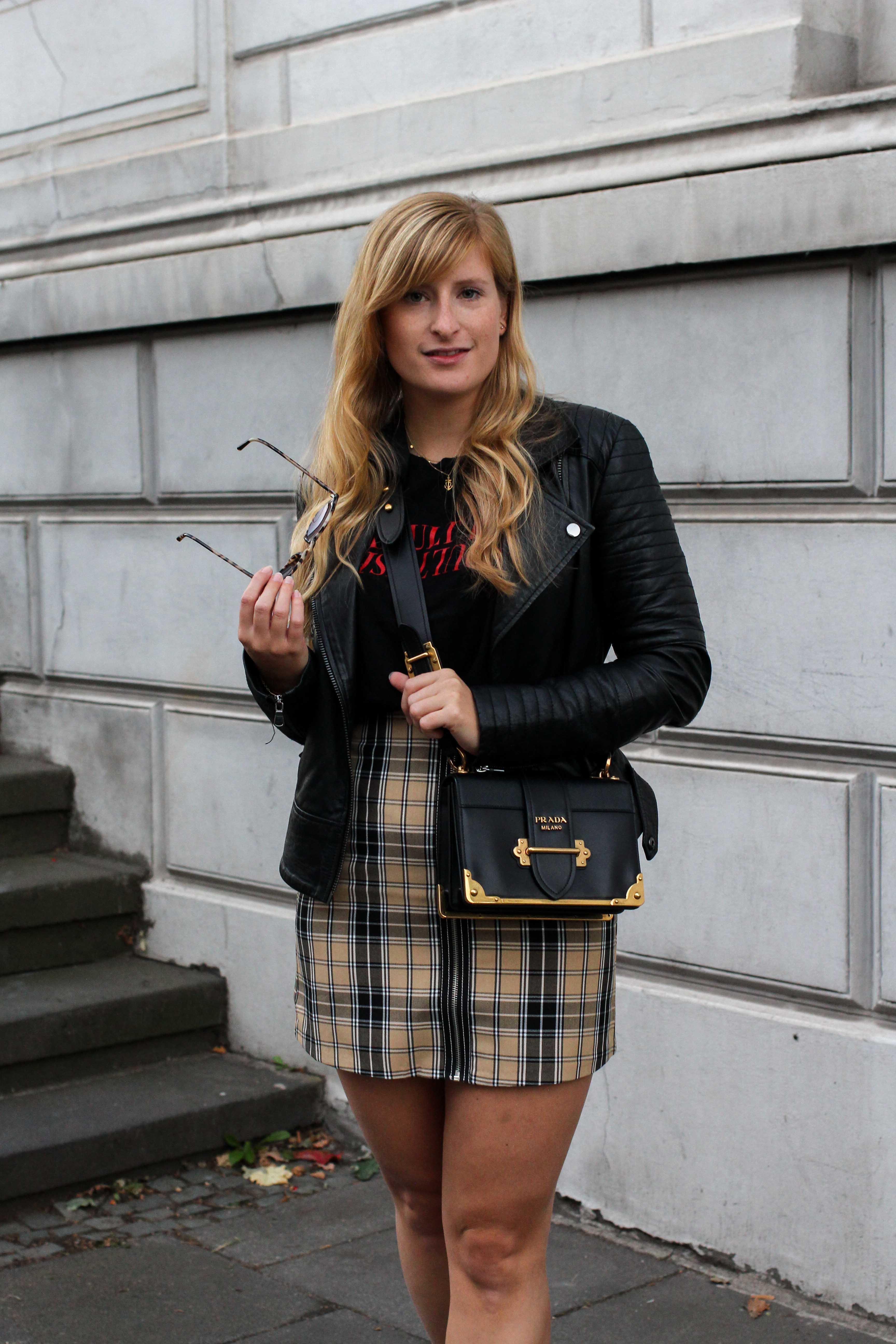 Outfit Karorock kombinieren Lederjacke Schleifenboots Übergangslook Modeblog Prada Cahier Tasche schwarz Bonn 3