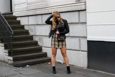 Outfit Karorock kombinieren Lederjacke Schleifenboots Übergangslook Modeblog Prada Cahier Tasche schwarz Bonn