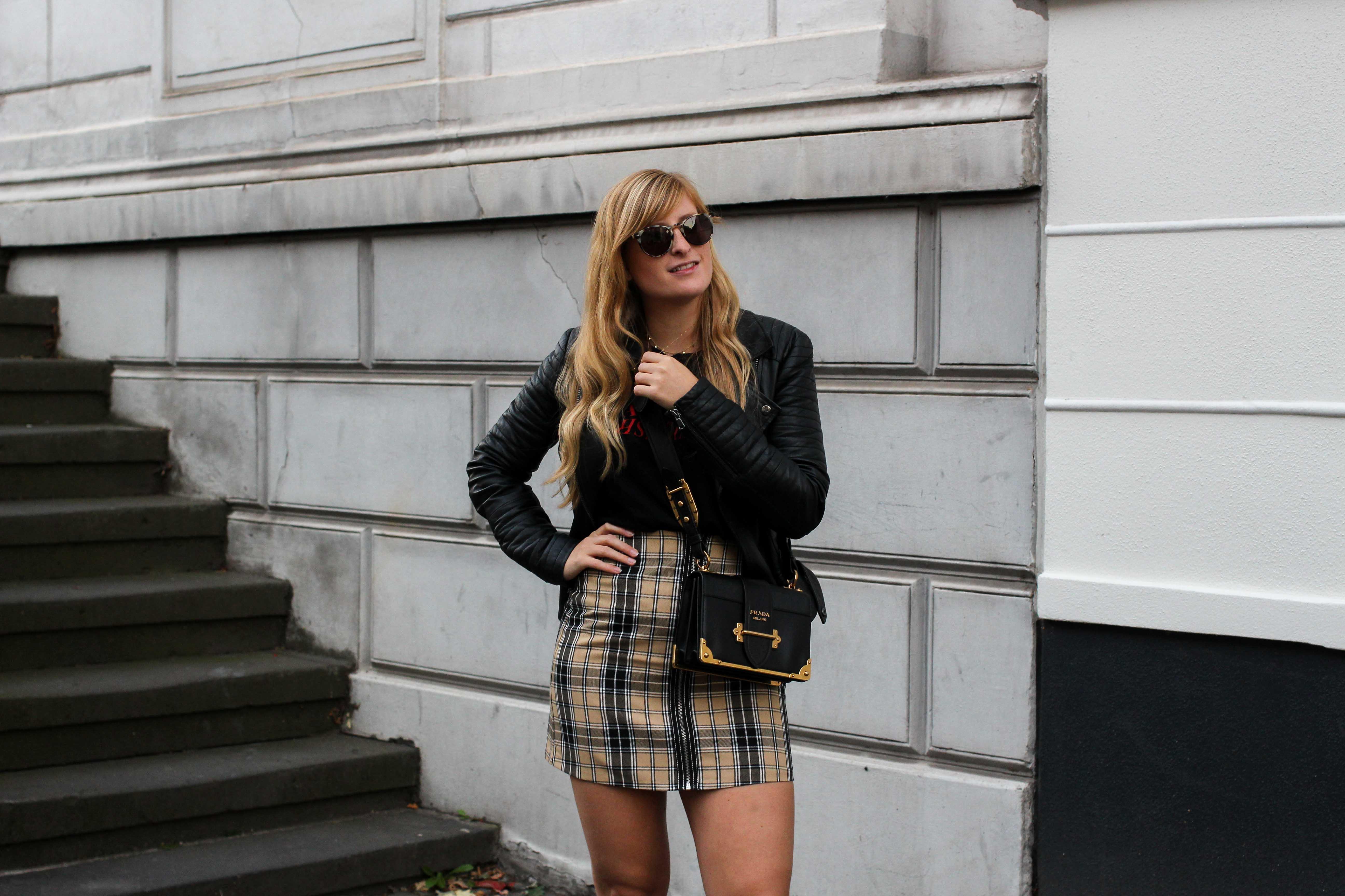 Outfit Karorock kombinieren Lederjacke Schleifenboots Übergangslook Modeblog Prada Cahier Tasche schwarz Bonn 7