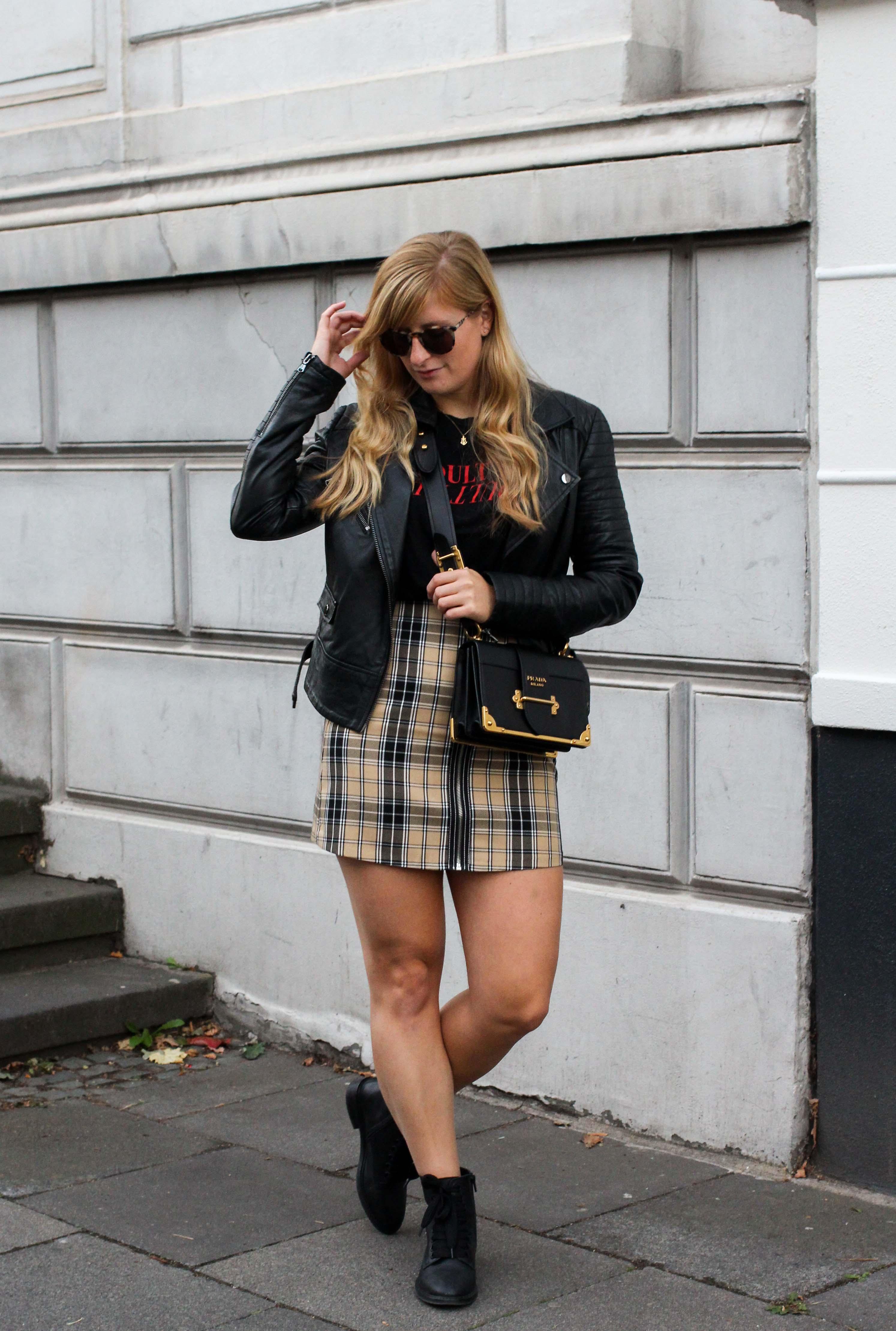 Outfit Karorock kombinieren Lederjacke Schleifenboots Übergangslook Modeblog Prada Cahier Tasche schwarz Bonn 8