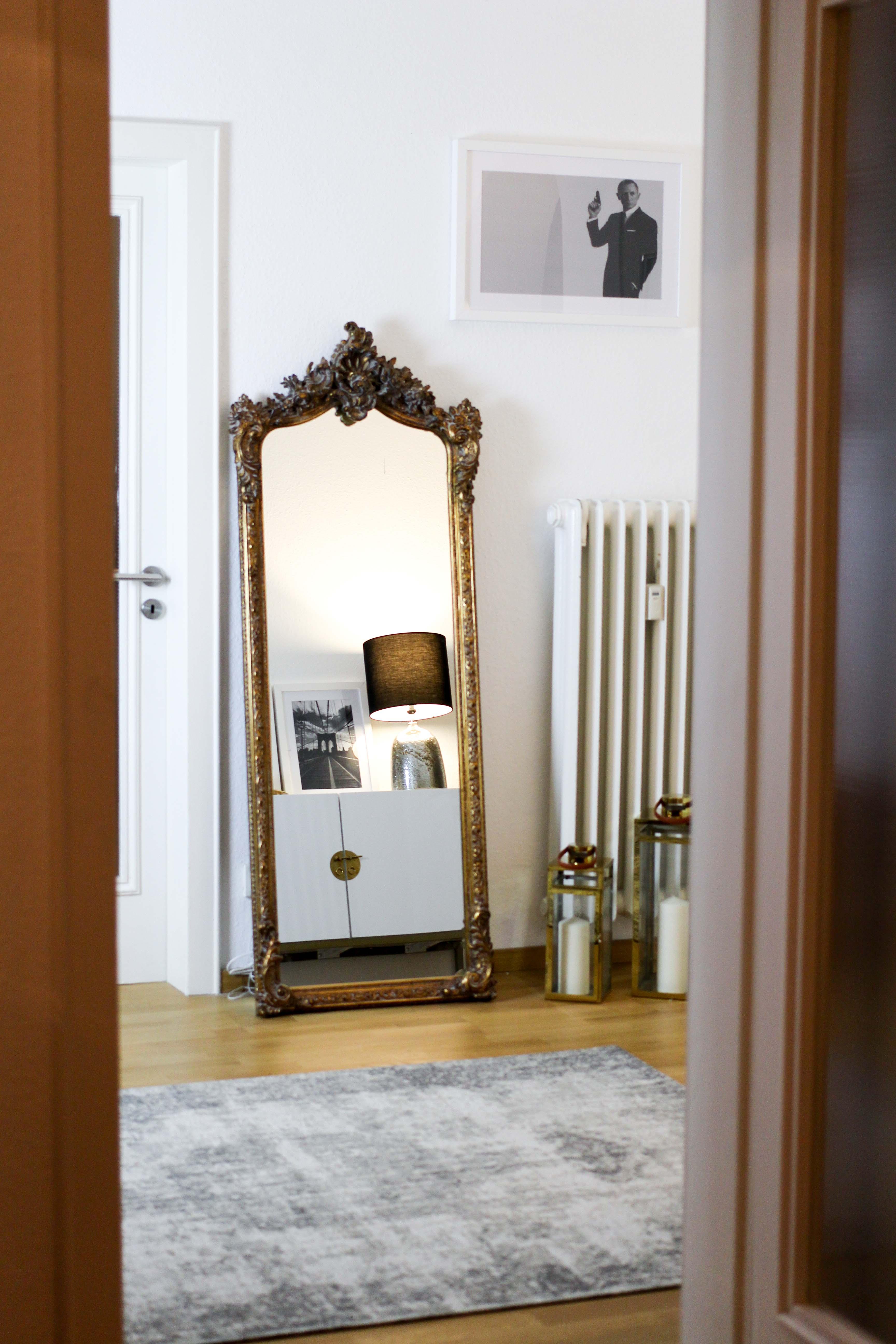 Interior Blogger Flur gestalten Möbel Motive Pixers James Bond 007 Schwarz Weiß minimalistisch Spiegel Gold Antik Statement Vitage Spiegel
