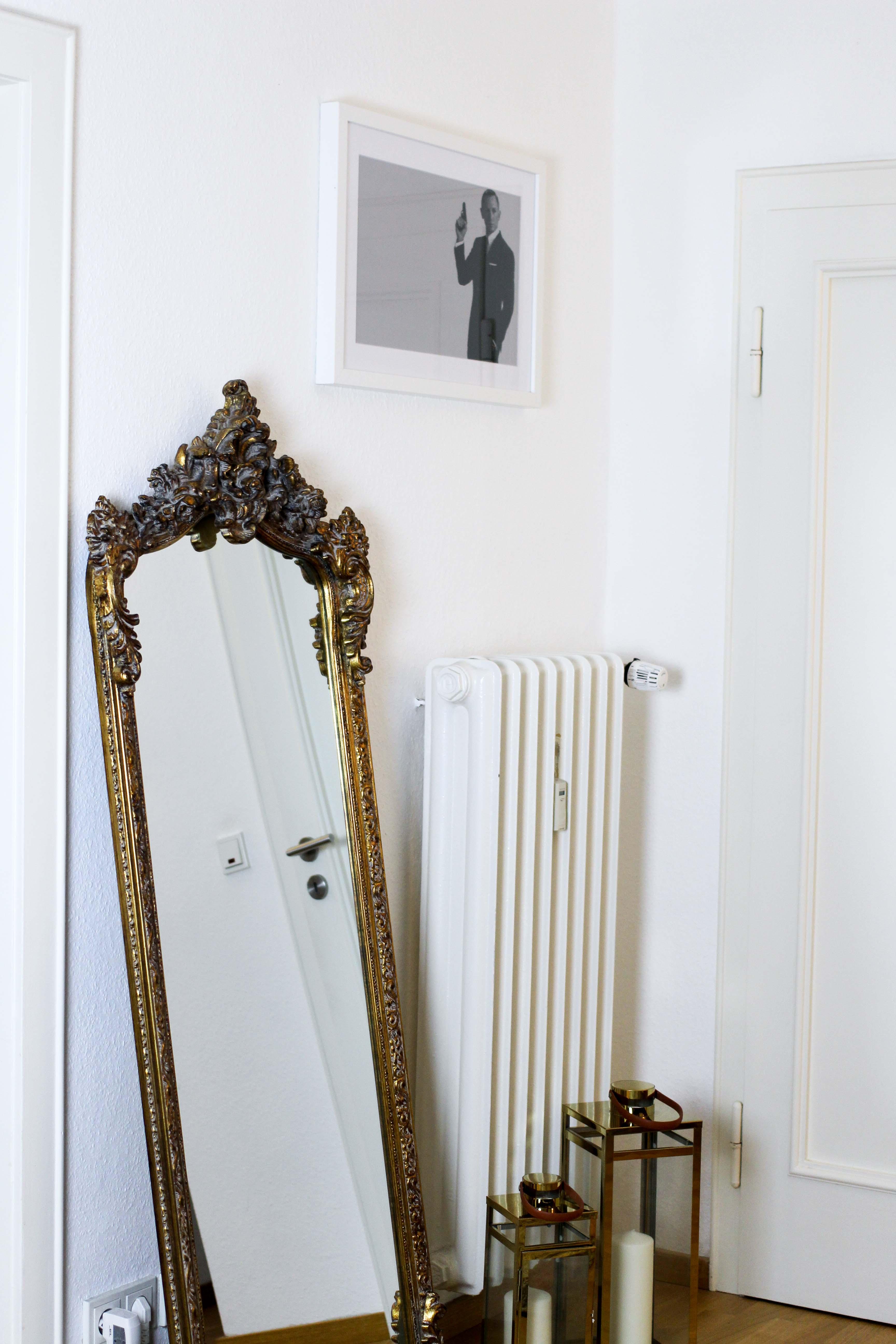 Interior Blogger Flur gestalten Möbel Motive Pixers James Bond 007 Schwarz Weiß minimalistisch Spiegel Gold Antik Stil Statement Vitage Spiegel