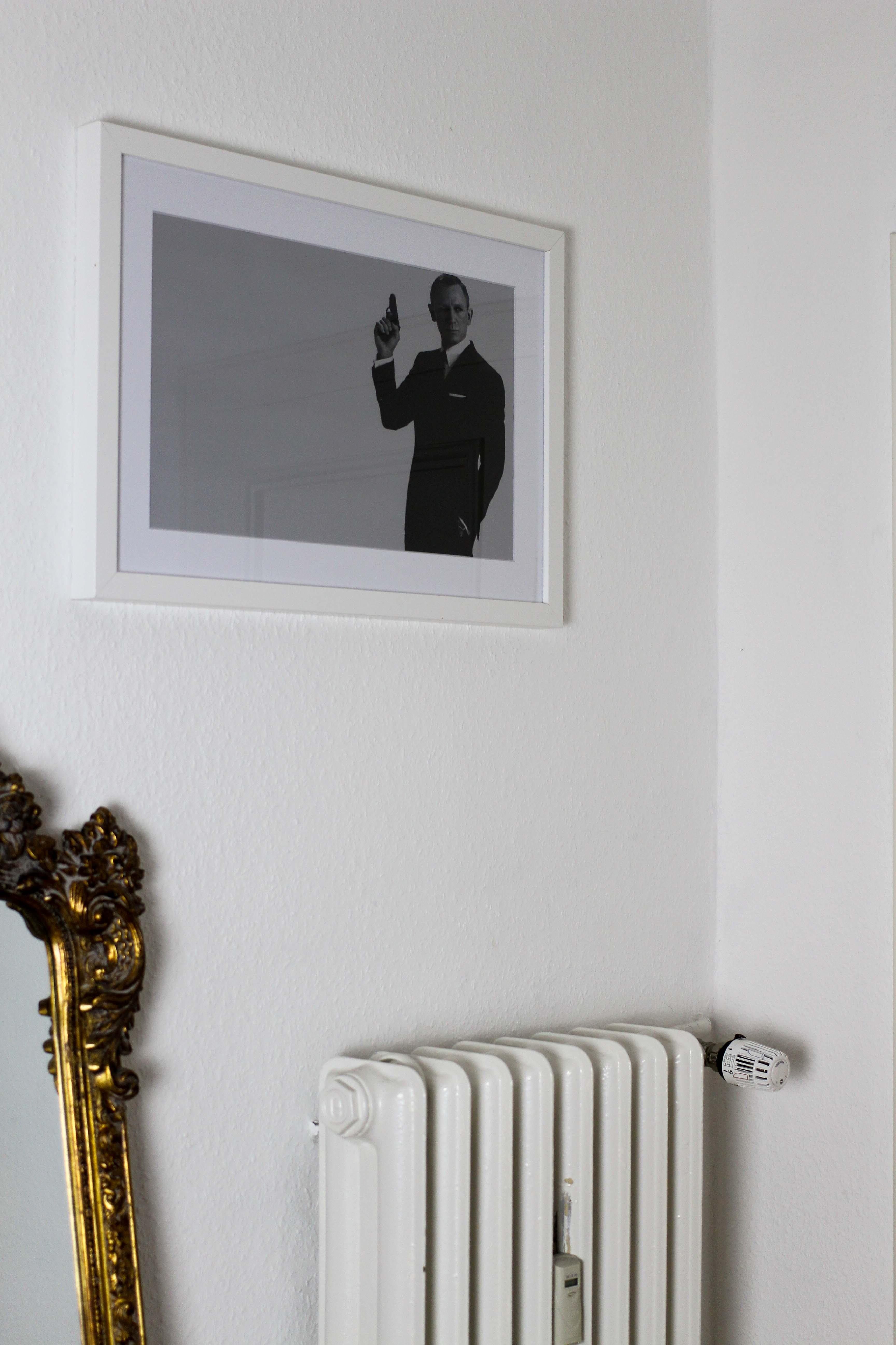 Interior Blogger Flur gestalten Möbel Motive Pixers James Bond 007 schwarz weiß bild 2