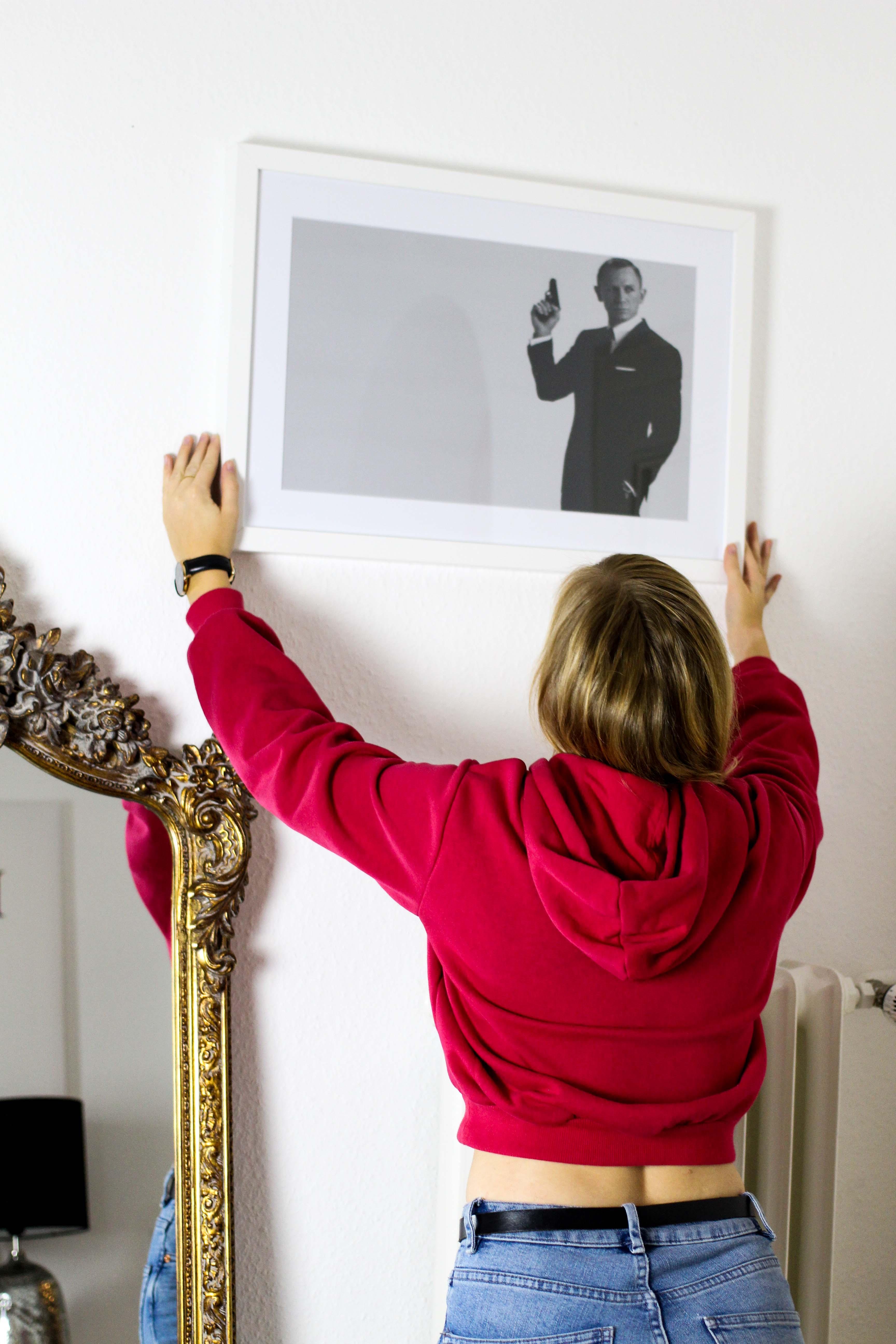 Interior Blogger Flur gestalten Möbel Motive Pixers James Bond 007 schwarz weiß bild