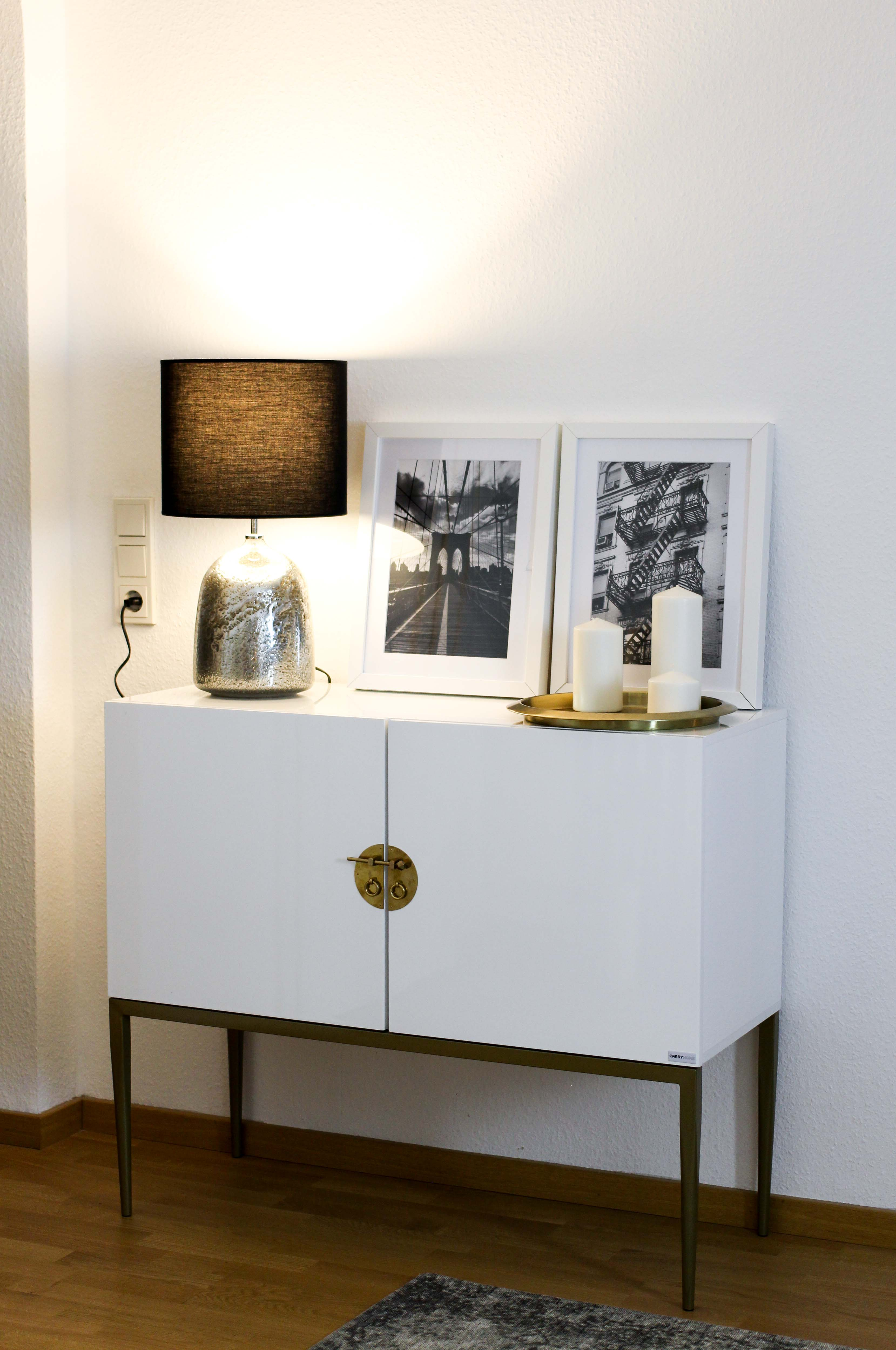 Interior Blogger Flur gestalten Möbel Motive Pixers Motive New York Schwarz Weiß minimalistisch Kommode weiß Gold 2