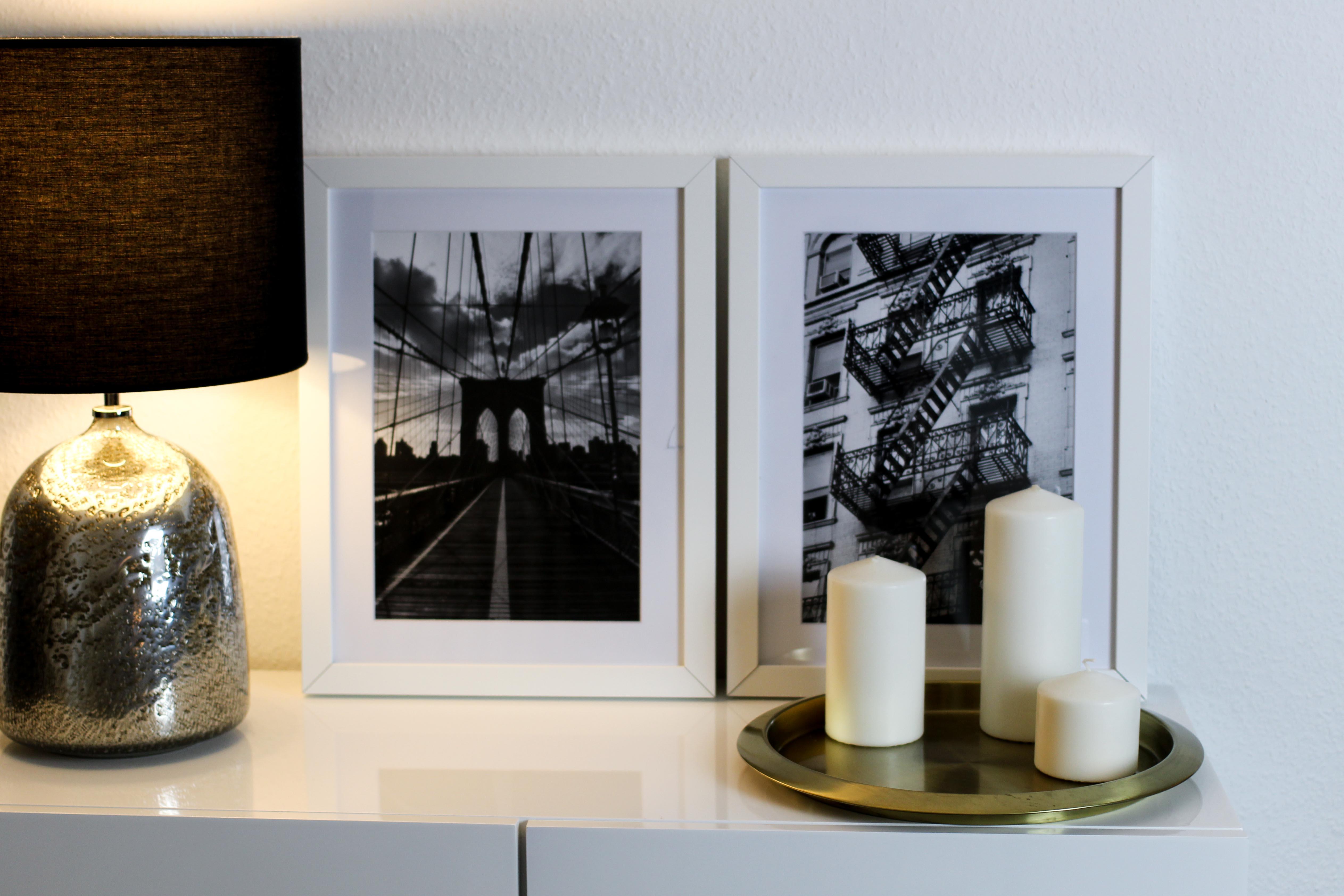 Interior Blogger Flur gestalten Möbel Motive Pixers Motive New York Schwarz Weiß minimalistisch Kommode weiß Gold 3