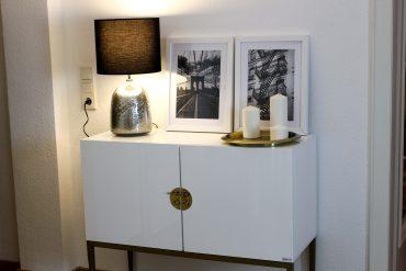 Interior Blogger Flur gestalten Möbel Motive Pixers Motive New York Schwarz Weiß minimalistisch Kommode weiß Gold