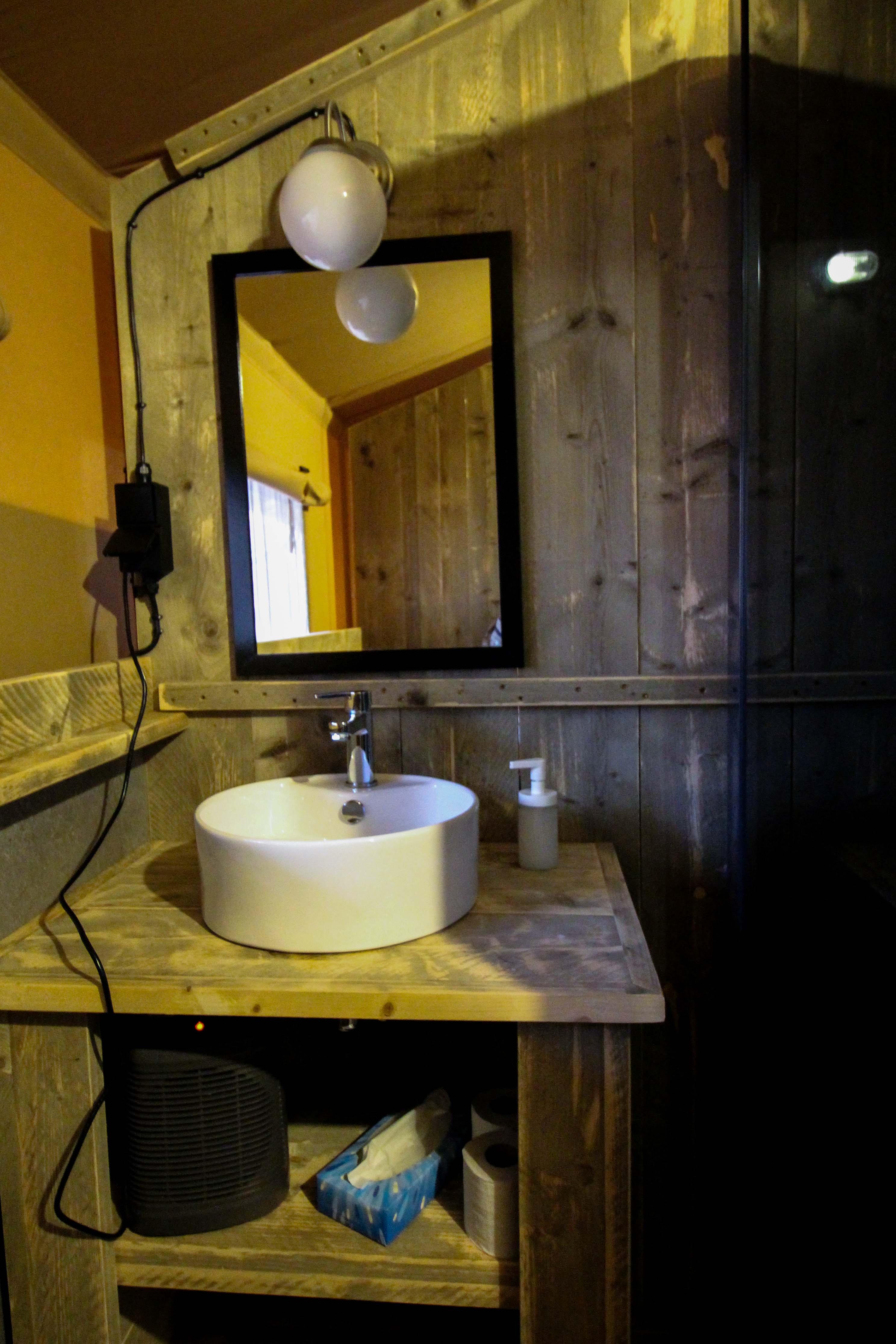 Glamping in Holland Luxuscamping Buitenplaats Beekhuizen Arnheim das andere Holland Reiseblog Zelt Lodgetent Badezimmer