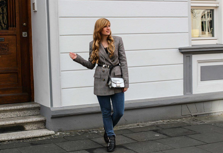 Karierter Blazer Spitzentop Hüftgürtel Karoblazer kombinieren Outfit Hebst Winter Furla silber Nietenboots Modeblog Bonn