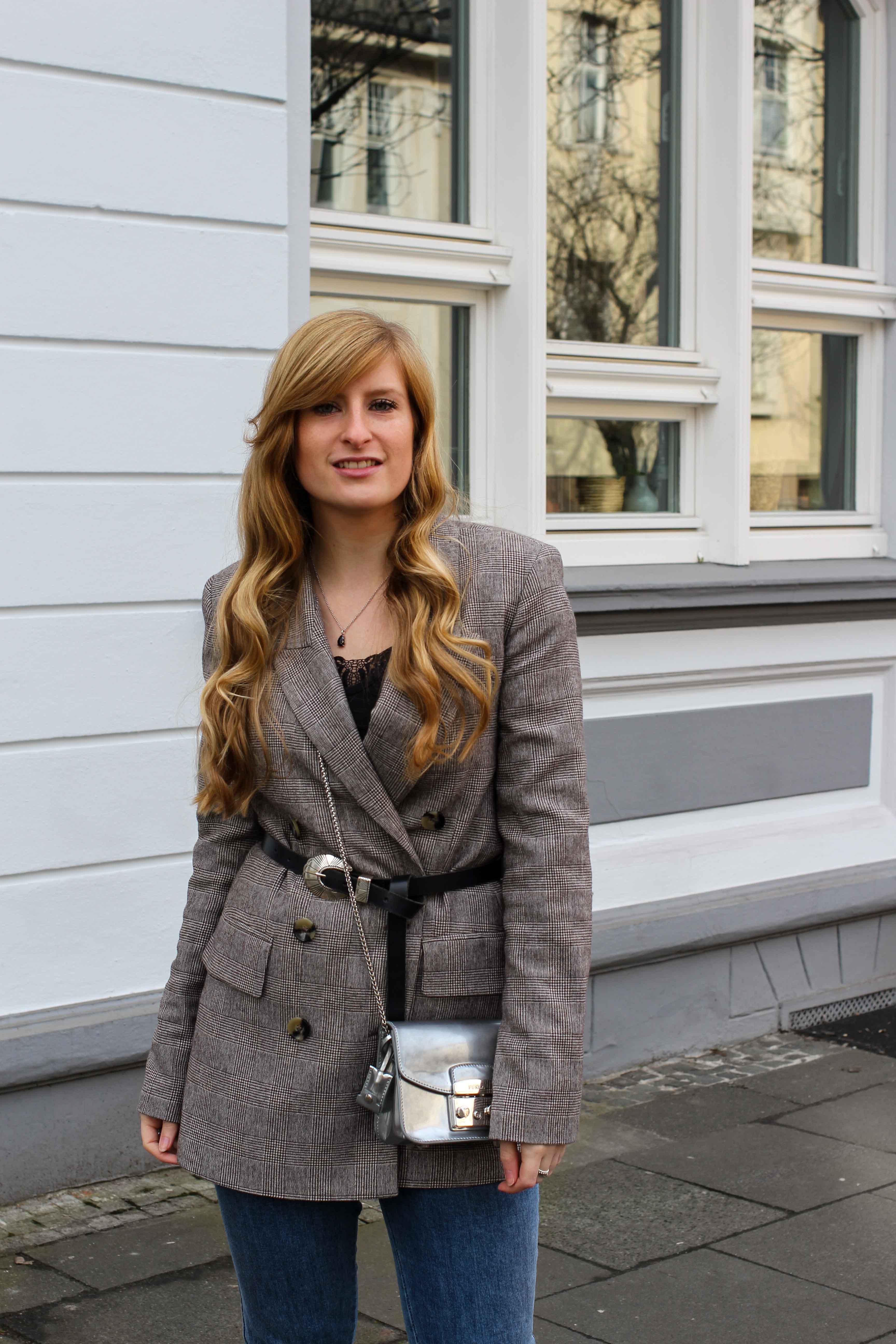 Karierter Blazer Spitzentop Hüftgürtel Karoblazer kombinieren Outfit Hebst Winter Furla silber Nietenboots Modeblog Bonn 2