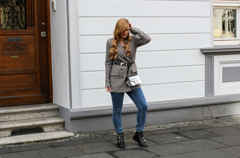 Karierter Blazer Spitzentop Hüftgürtel Karoblazer kombinieren Outfit Hebst Winter Furla silber Nietenboots Modeblog Bonn 4