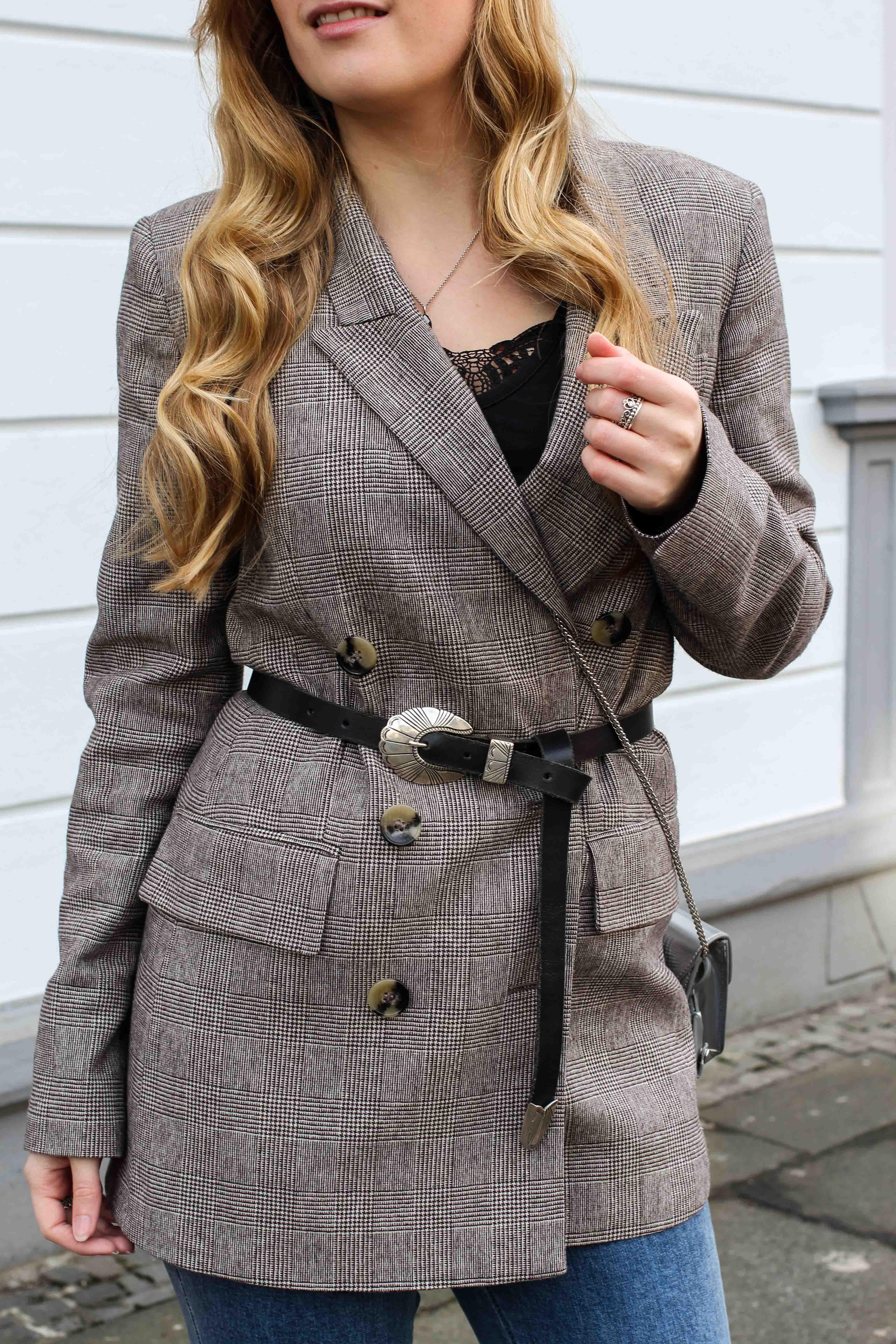 Karierter Blazer Spitzentop Hüftgürtel Karoblazer kombinieren Outfit Hebst Winter filigraner Schmuck silber Kette Ringe Modeblog Bonn 3