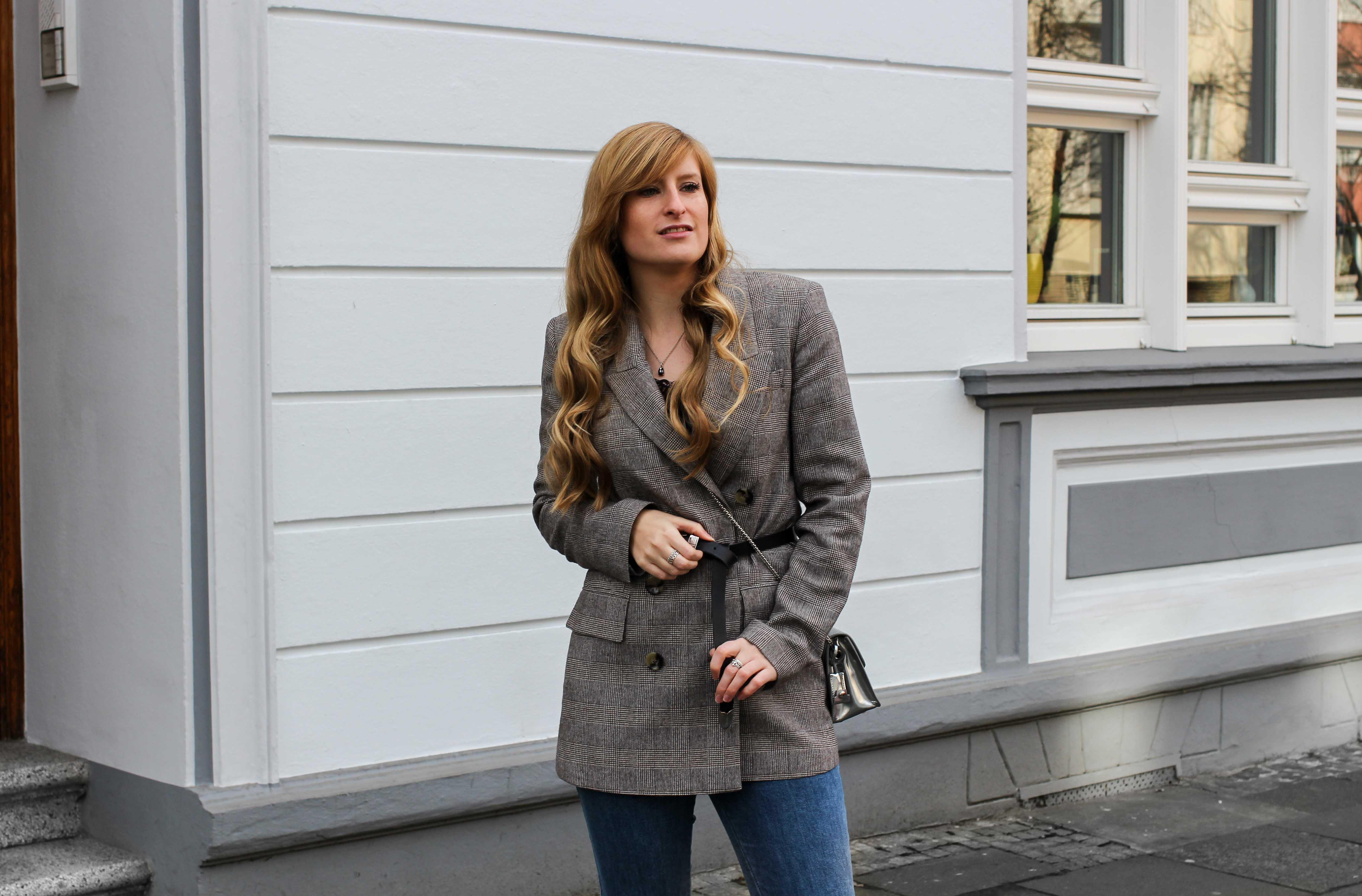 Karierter Blazer Spitzentop Hüftgürtel Karoblazer kombinieren Outfit Hebst Winter filigraner Schmuck silber Kette Ringe Modeblog Bonn 5