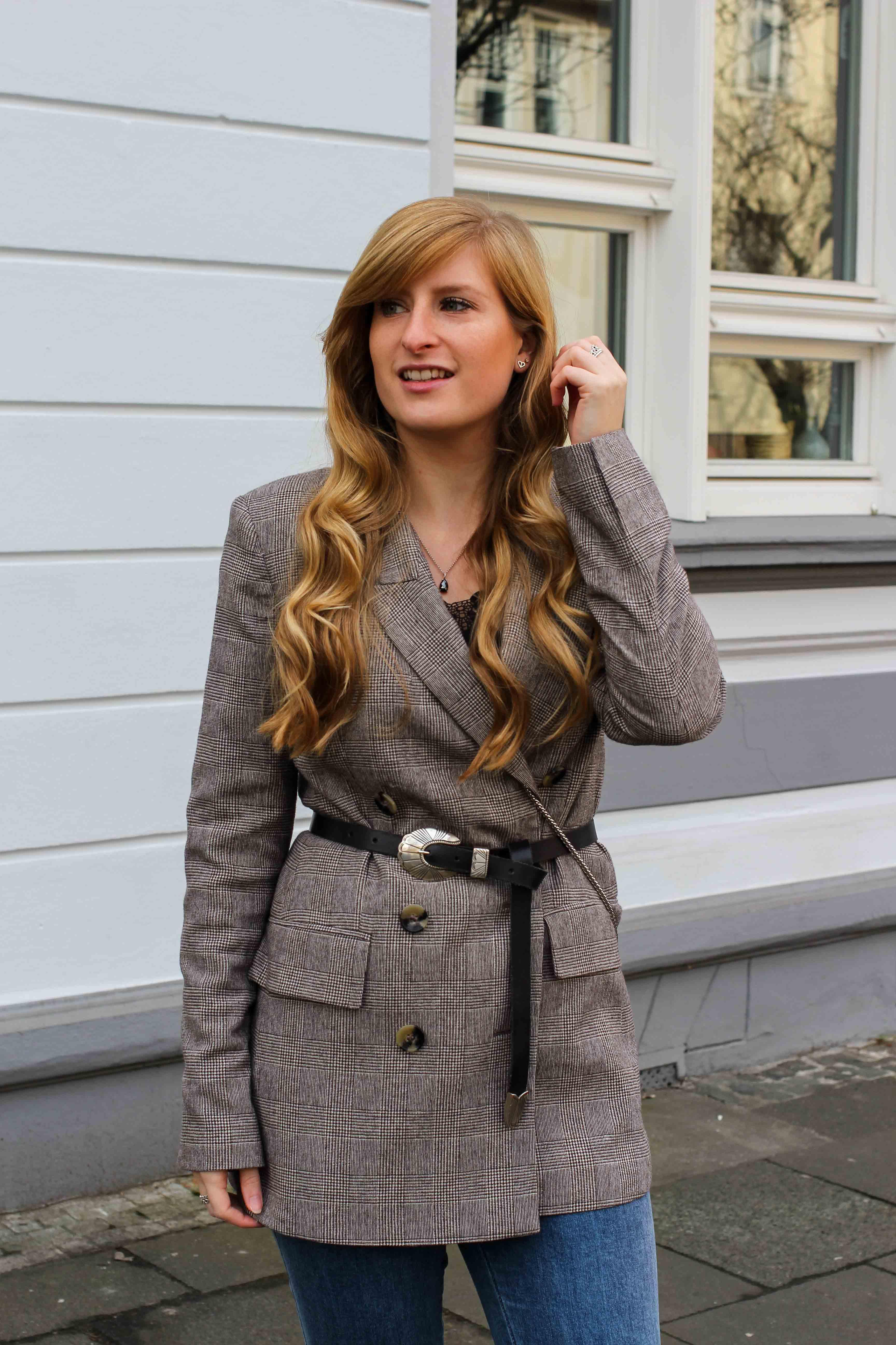 Karierter Blazer Spitzentop Hüftgürtel Karoblazer kombinieren Outfit Hebst Winter filigraner Schmuck silber Kette Ringe Modeblog Bonn 7