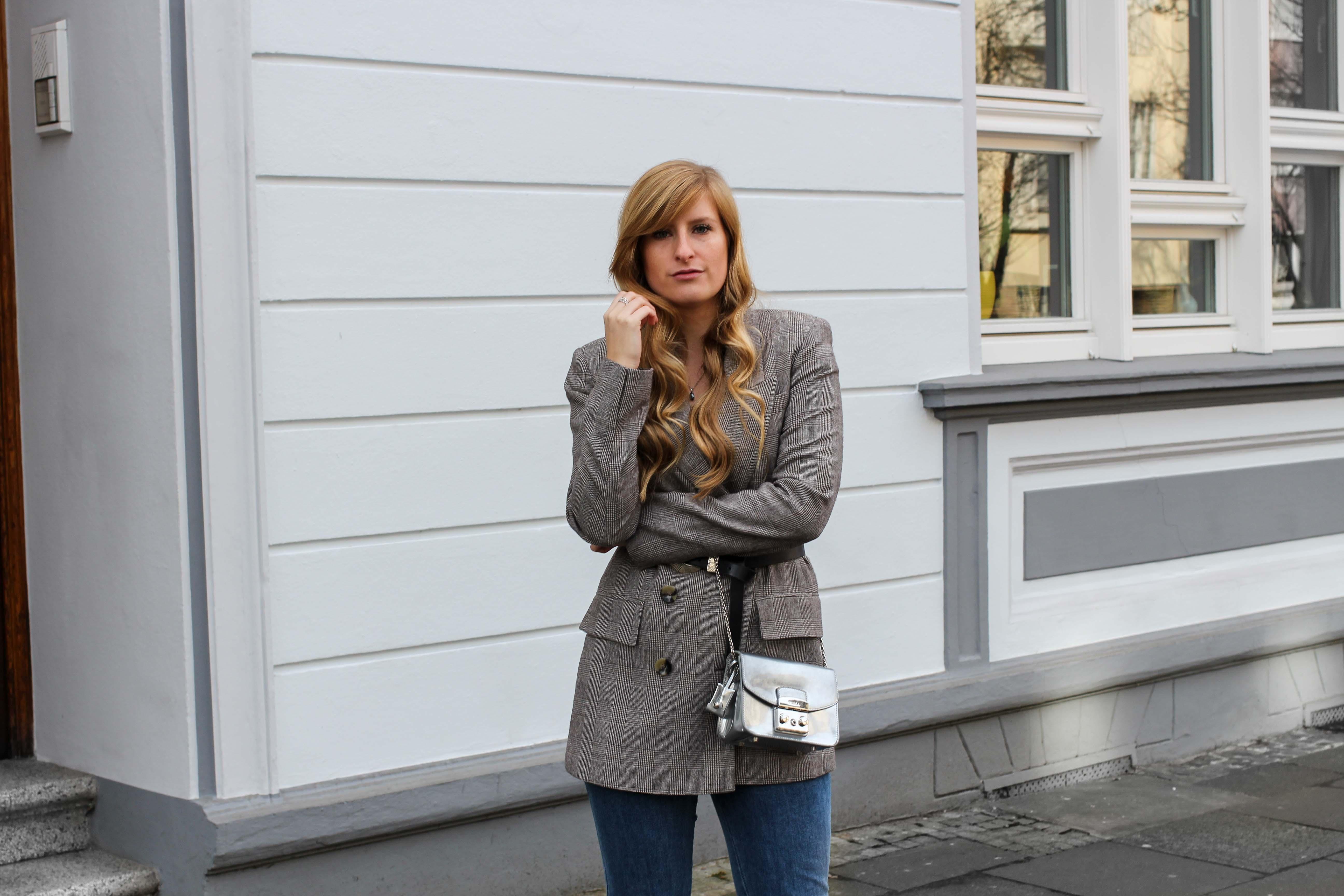 Karierter Blazer Spitzentop Hüftgürtel Karoblazer kombinieren Outfit Hebst Winter filigraner Schmuck silber Kette Ringe Modeblog Bonn 8