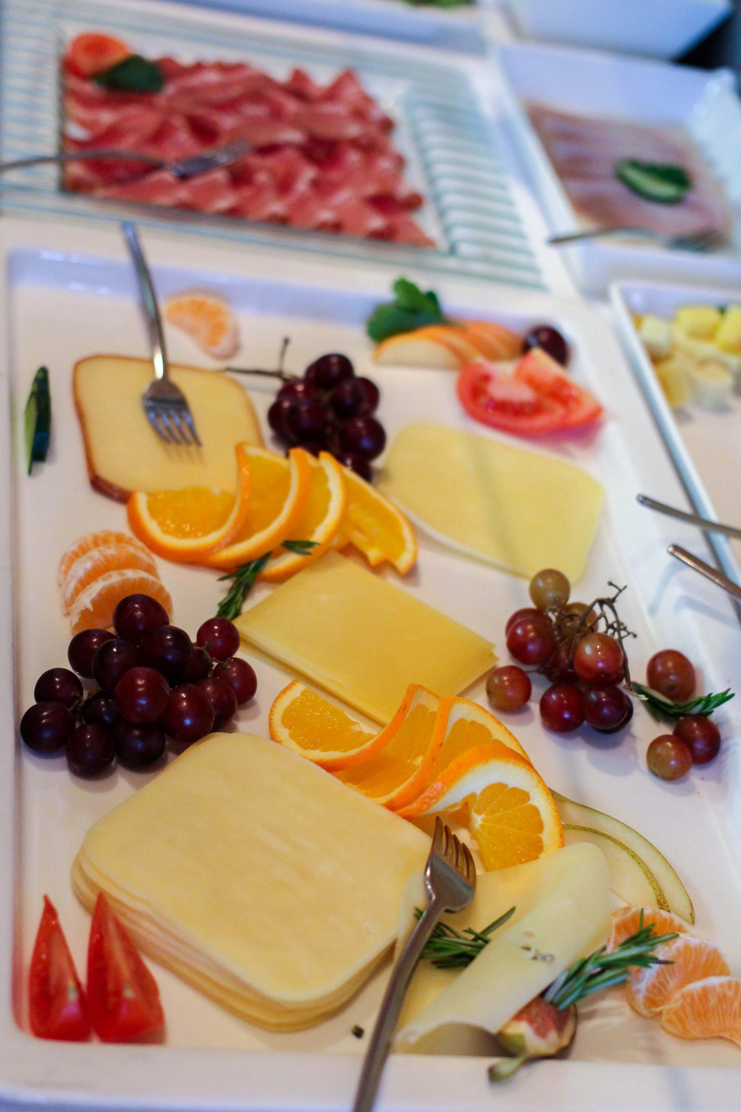 Wellnesswochenende Österreich Sonne Lifestyle Resort Mellau Wellnesshotel Bregenzerwald Gourmetpension Frühstück Käseplatte Reiseblog