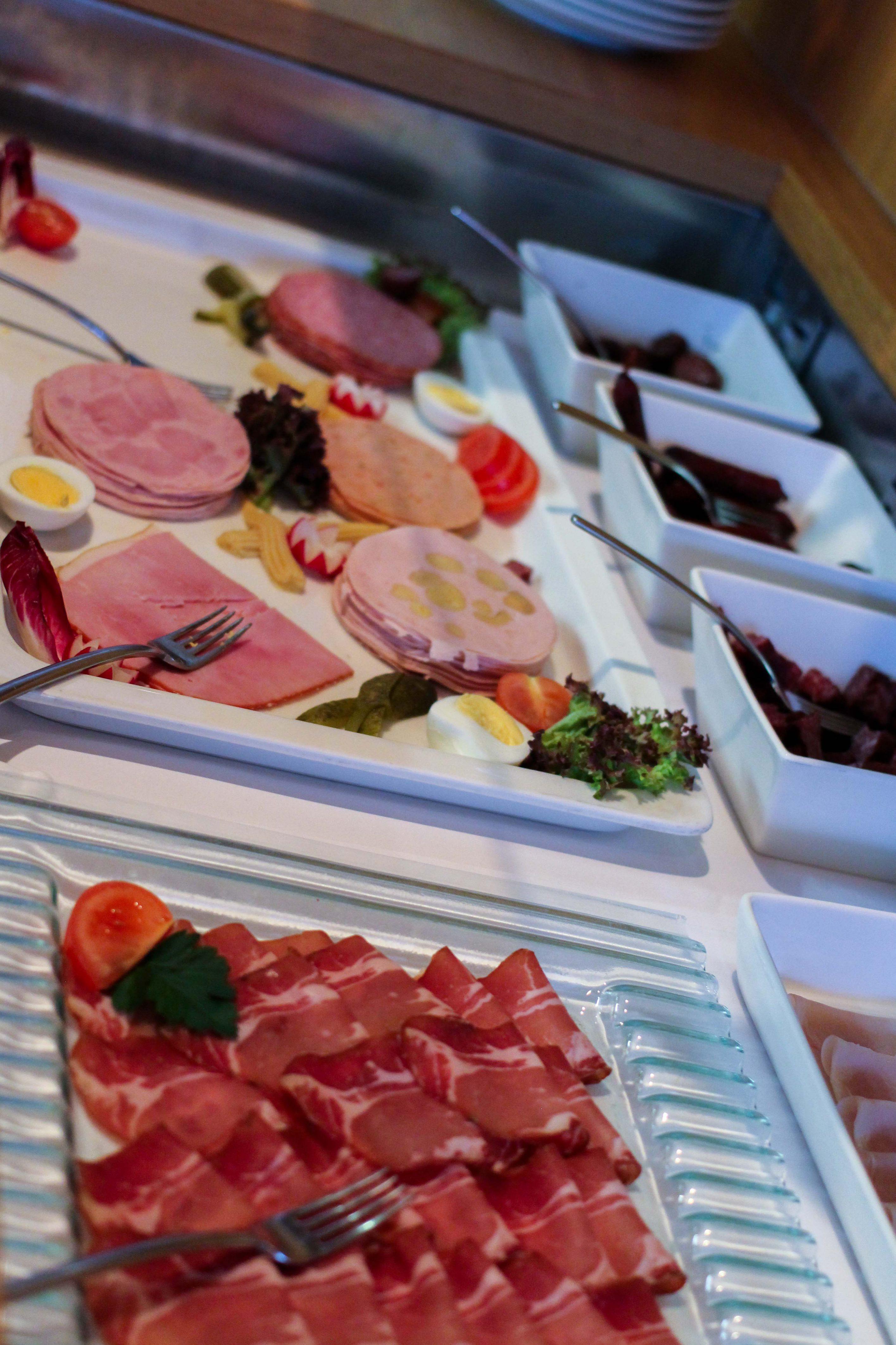 Wellnesswochenende Österreich Sonne Lifestyle Resort Mellau Wellnesshotel Bregenzerwald Gourmetpension Frühstück Wurstplatte Reiseblog