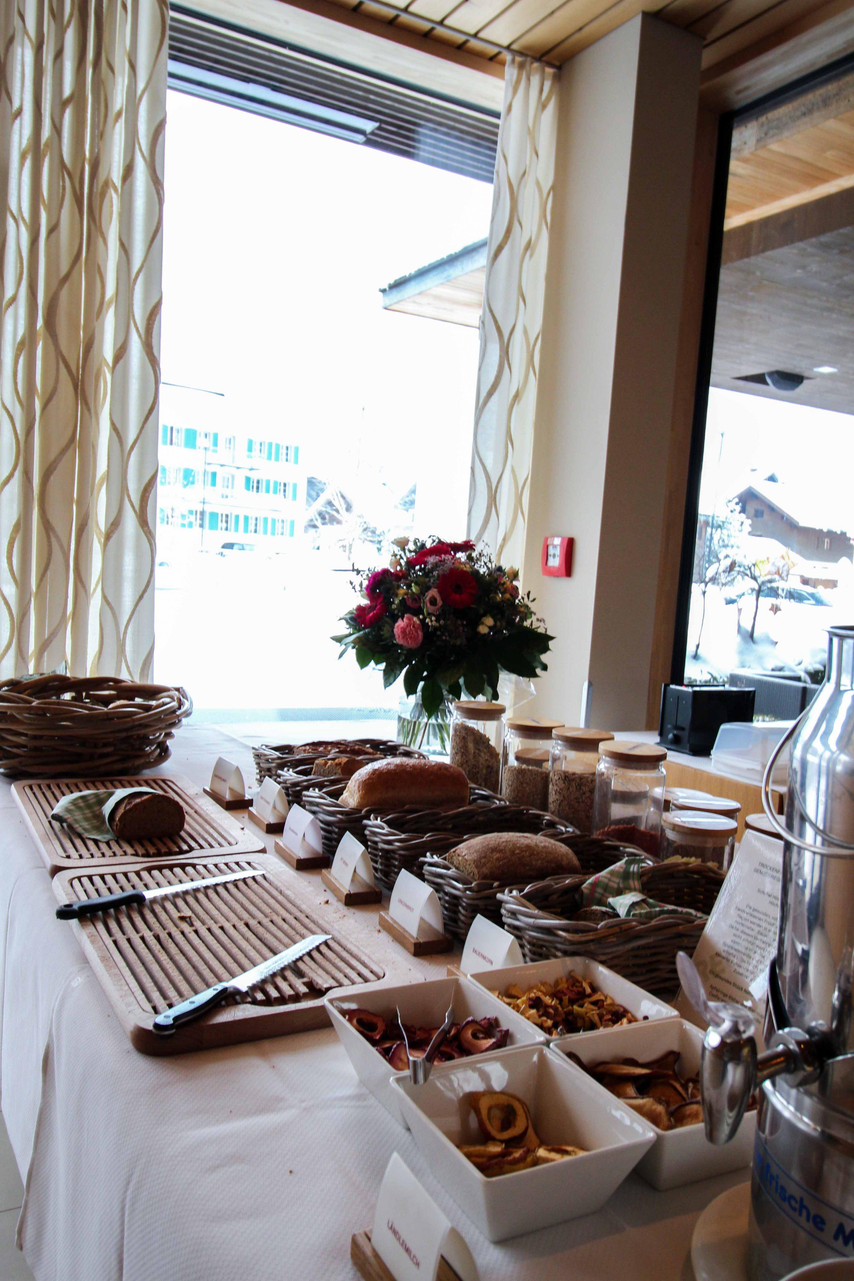 Wellnesswochenende Österreich Sonne Lifestyle Resort Mellau Wellnesshotel Bregenzerwald Gourmetpension Frühstück frisches Brot Reiseblog