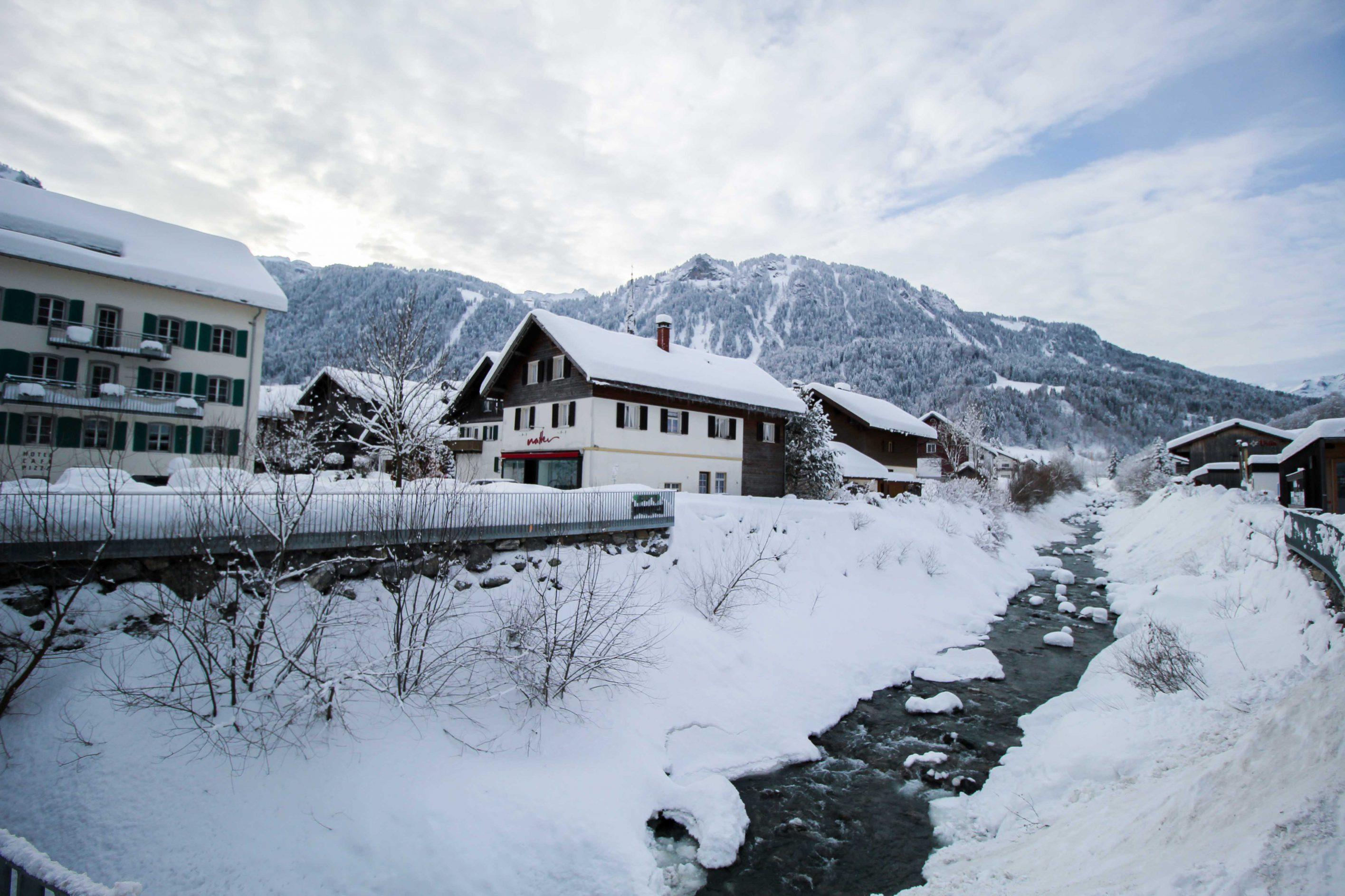 Wellnesswochenende Österreich Sonne Lifestyle Resort Mellau Wellnesshotel Bregenzerwald Schneelandschaft Dorf Mellau Reiseblog