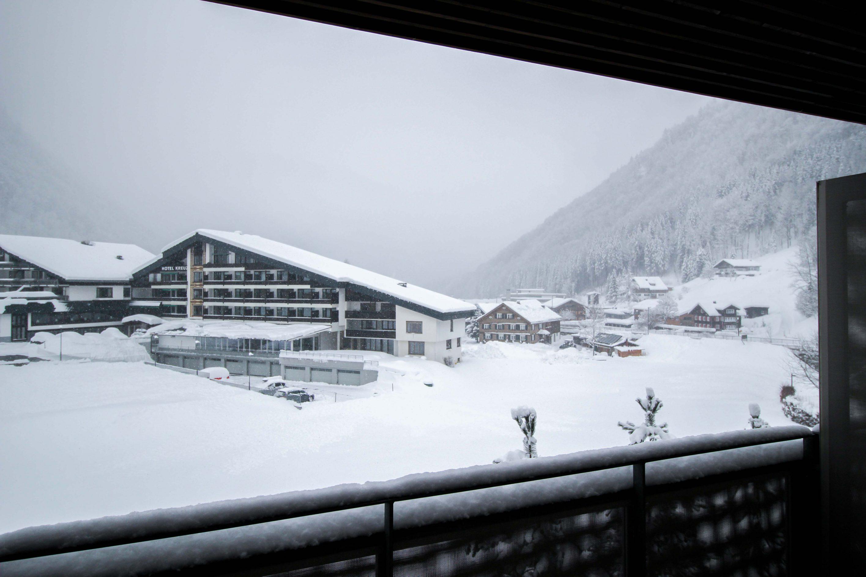 Wellnesswochenende Österreich Sonne Lifestyle Resort Mellau Wellnesshotel Bregenzerwald Superior Zimmer Balkon Aussicht Winterlandschaft Berge Reiseblog