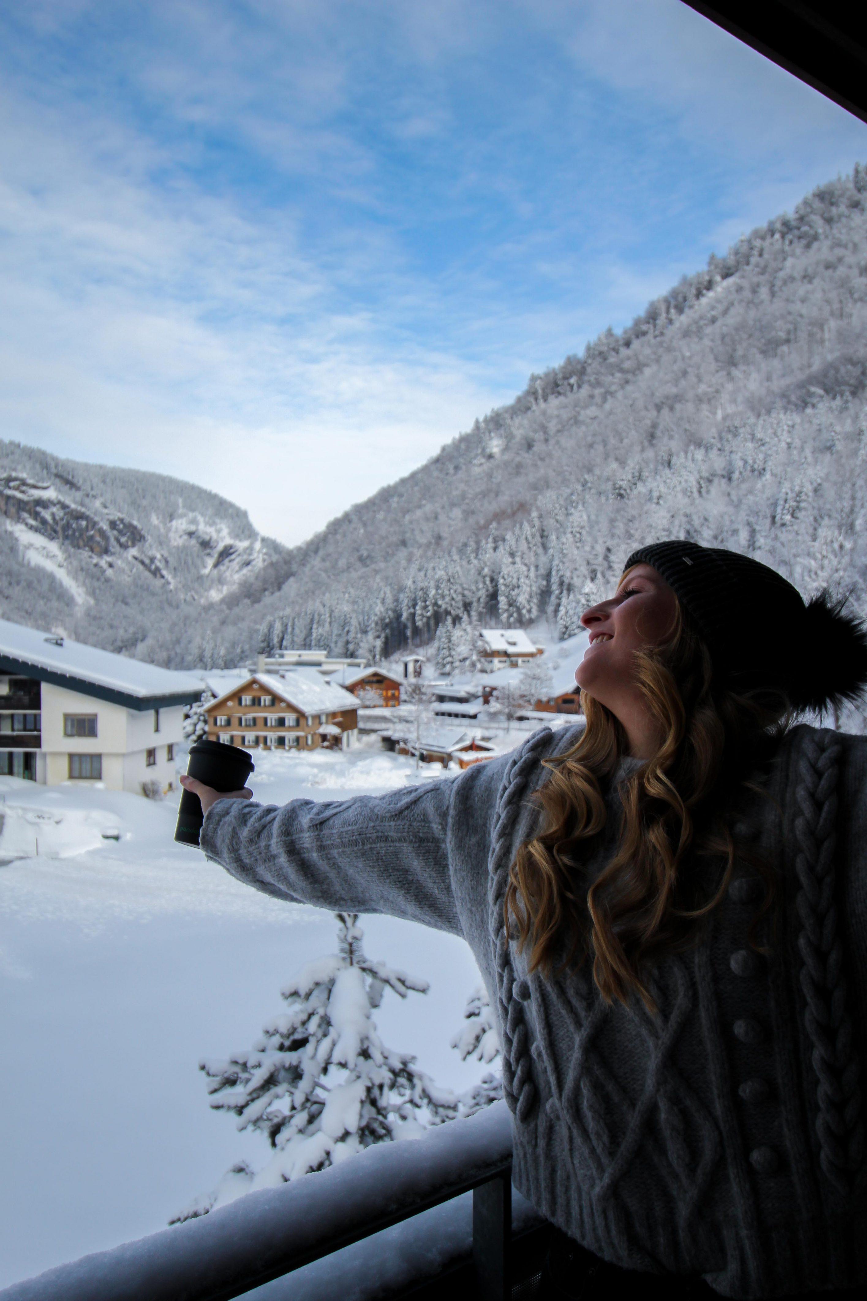 Wellnesswochenende Österreich Sonne Lifestyle Resort Mellau Wellnesshotel Bregenzerwald Superior Zimmer Balkon Schnee Reiseblog