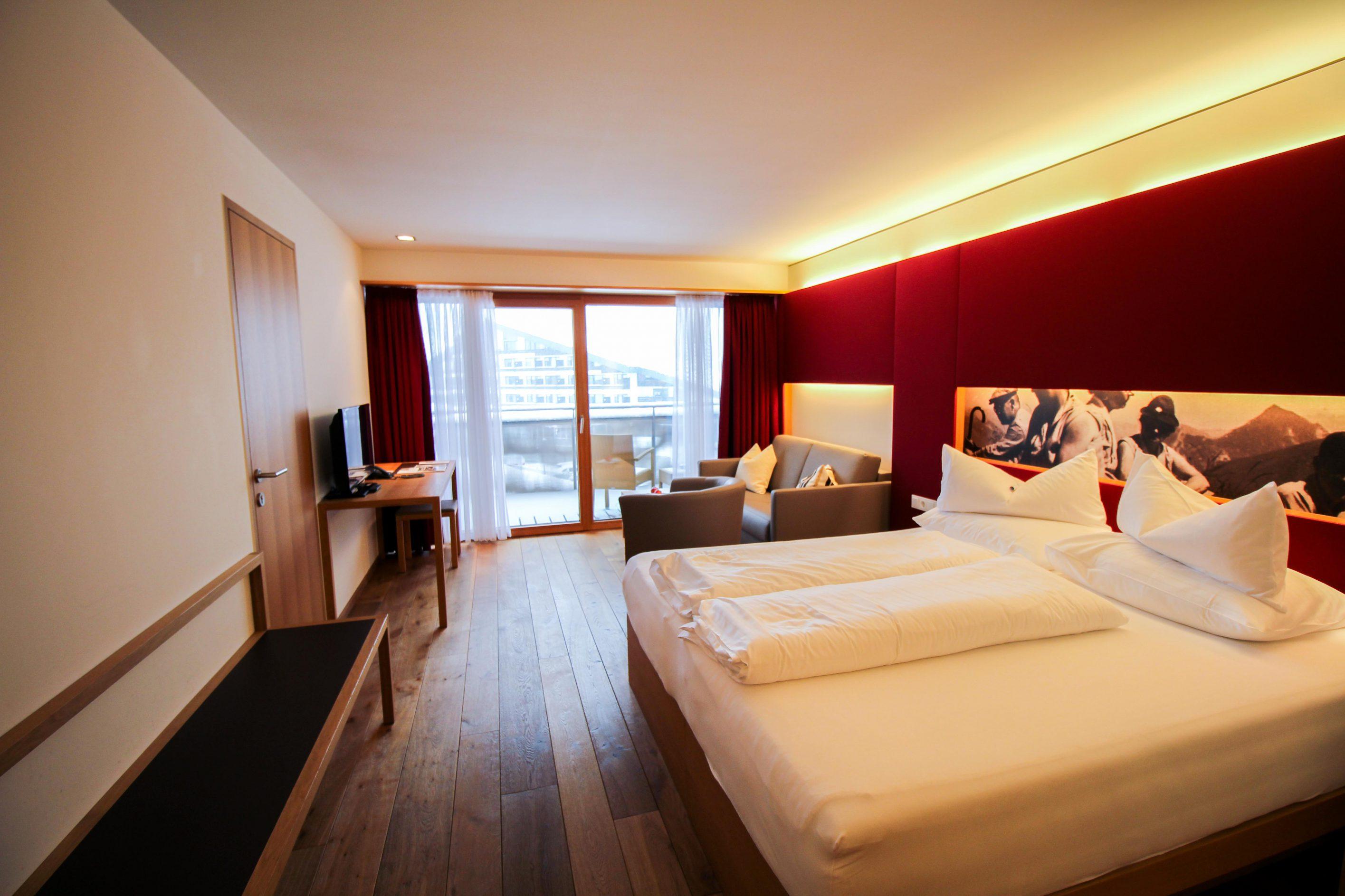 Wellnesswochenende Österreich Sonne Lifestyle Resort Mellau Wellnesshotel Bregenzerwald Superior Zimmer Bett Reiseblog