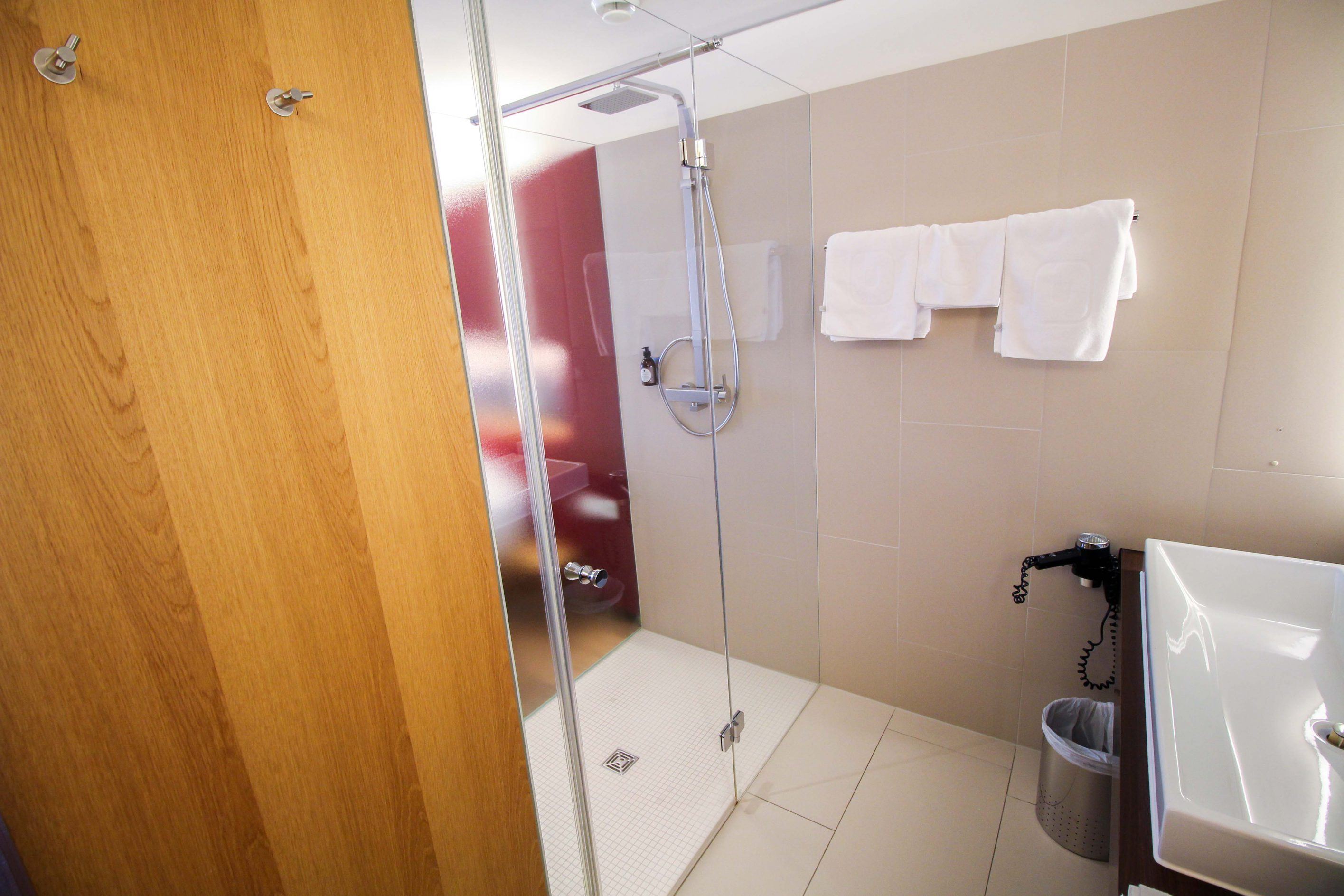 Wellnesswochenende Österreich Sonne Lifestyle Resort Mellau Wellnesshotel Bregenzerwald Superior Zimmer offenes Badezimmer Reiseblog