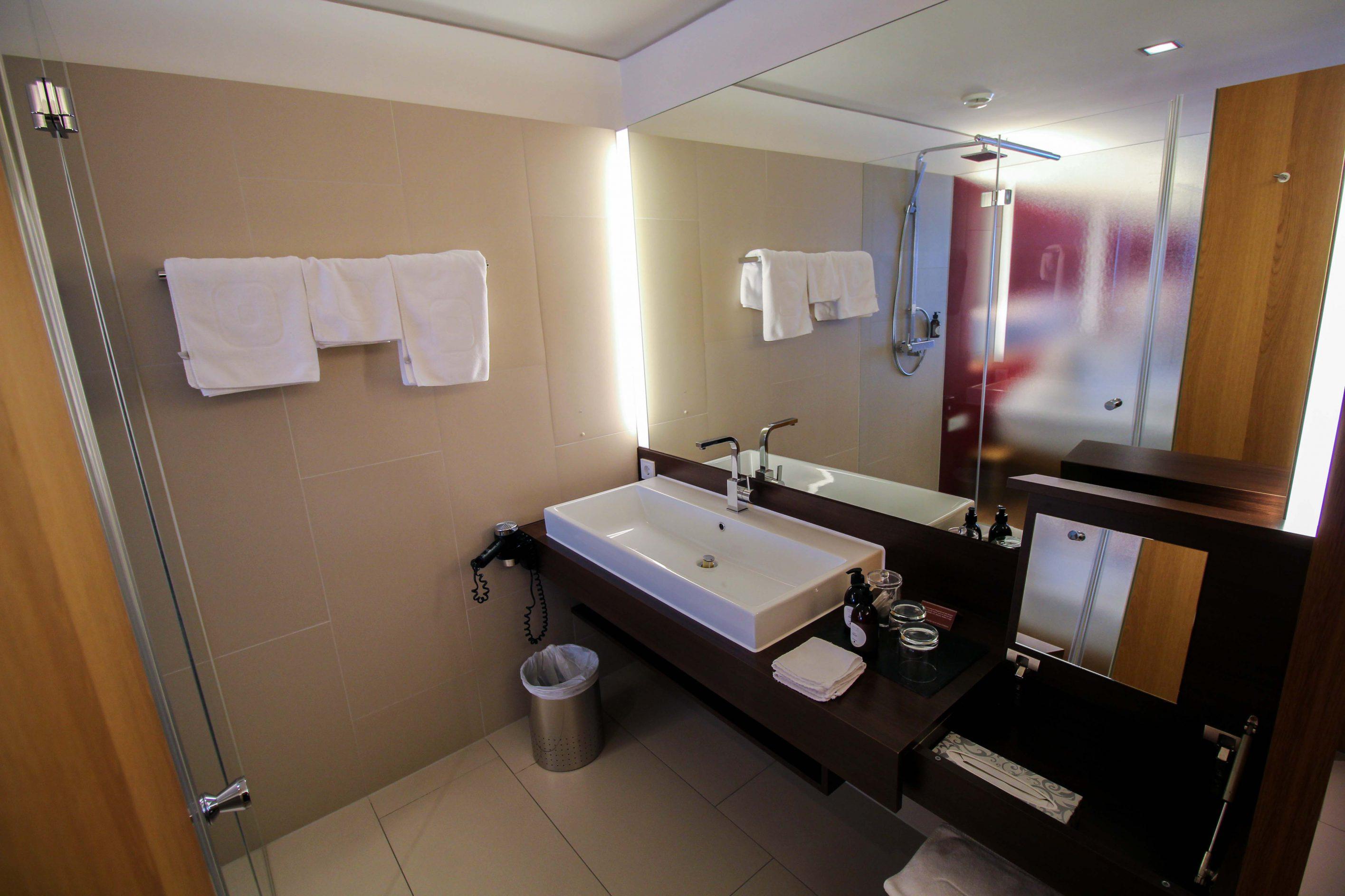 Wellnesswochenende Österreich Sonne Lifestyle Resort Mellau Wellnesshotel Bregenzerwald Superior Zimmer offenes Badezimmer Waschbecken Reiseblog