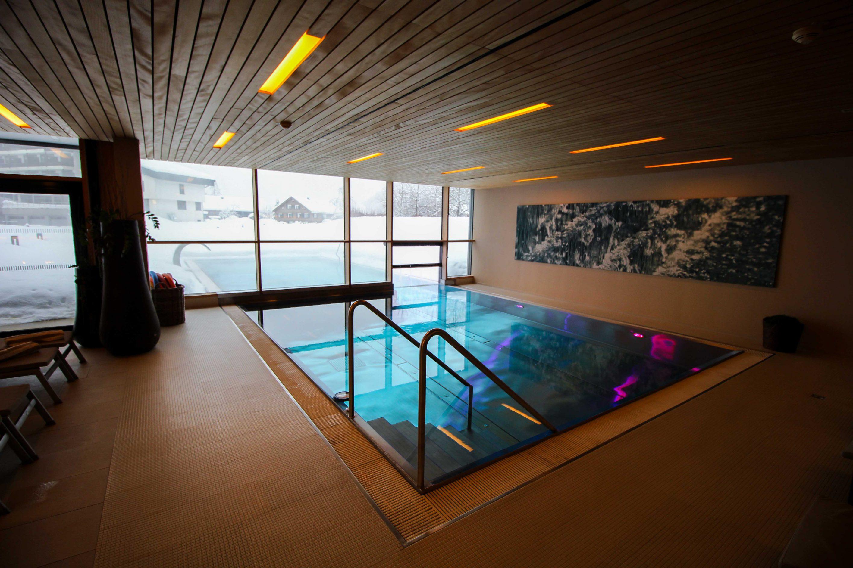 Wellnesswochenende Österreich Sonne Lifestyle Resort Mellau Wellnesshotel Bregenzerwald Wellnessbereich Pool Indoor Schwimmbecken Reiseblog