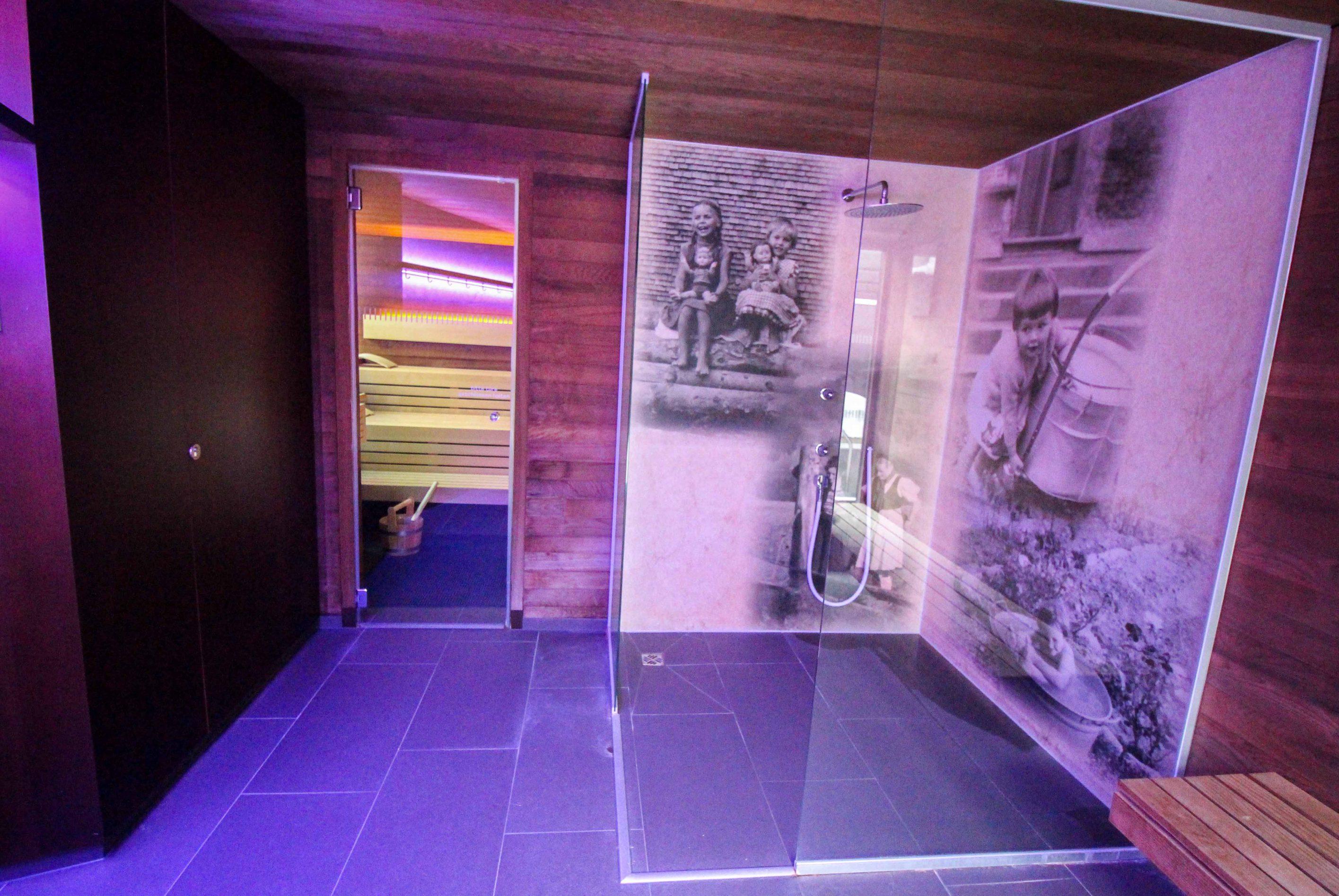 Wellnesswochenende Österreich Sonne Lifestyle Resort Mellau Wellnesshotel Bregenzerwald Wellnessbereich Saunahaus Dusche Reiseblog