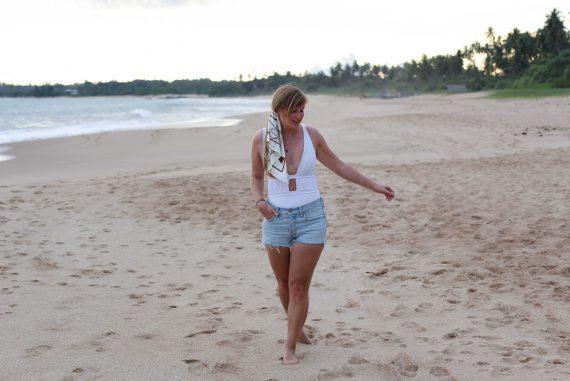 Badeanzug weiß kombinieren Jeans Hotpants Levis 501 Shorts Beachlook Sri Lanka Tangalle Sommer Outfit Modeblog