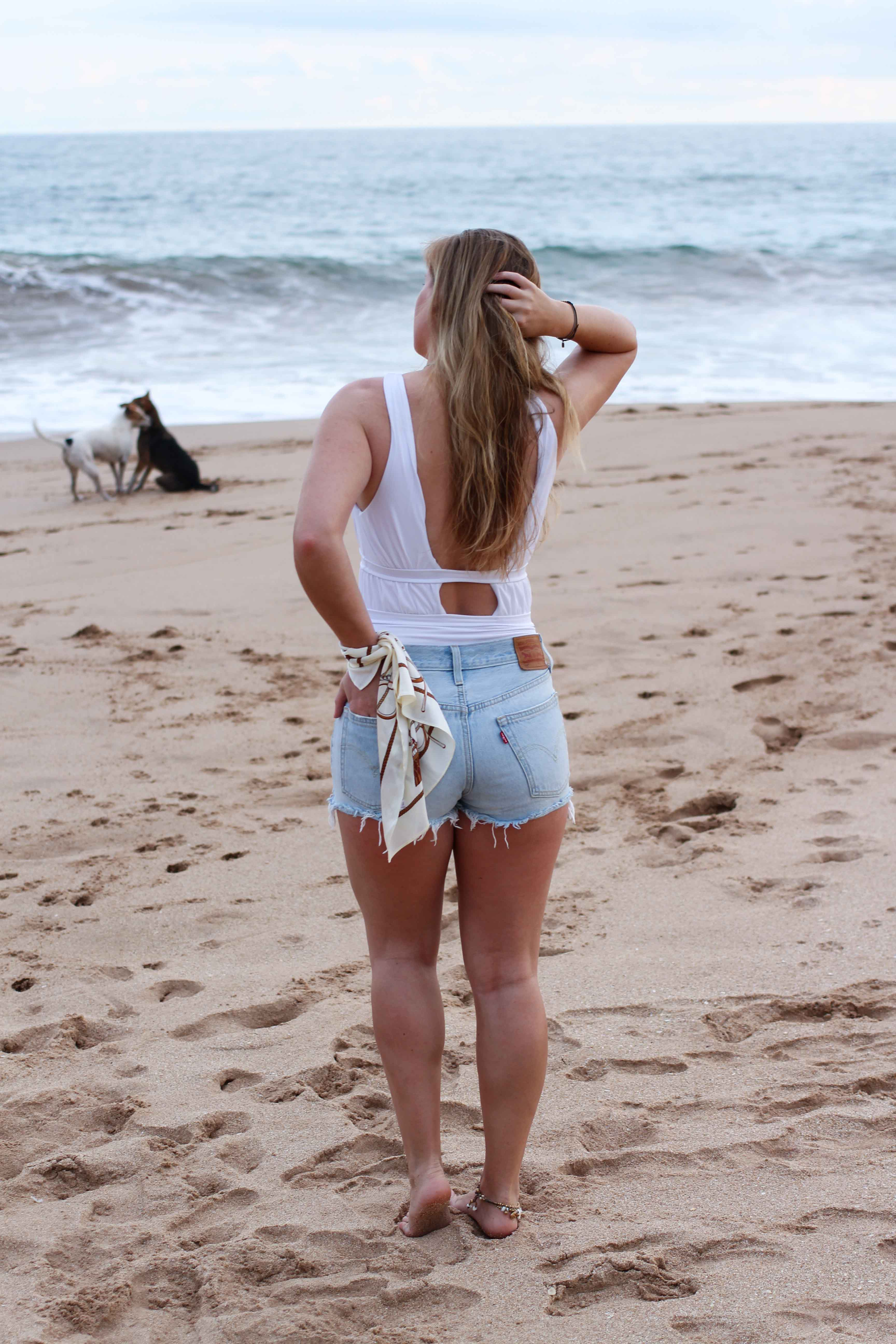 Badeanzug weiß kombinieren Jeans Hotpants Levis 501 Shorts Beachlook Sri Lanka Tangalle Sommer Outfit Modeblog 6